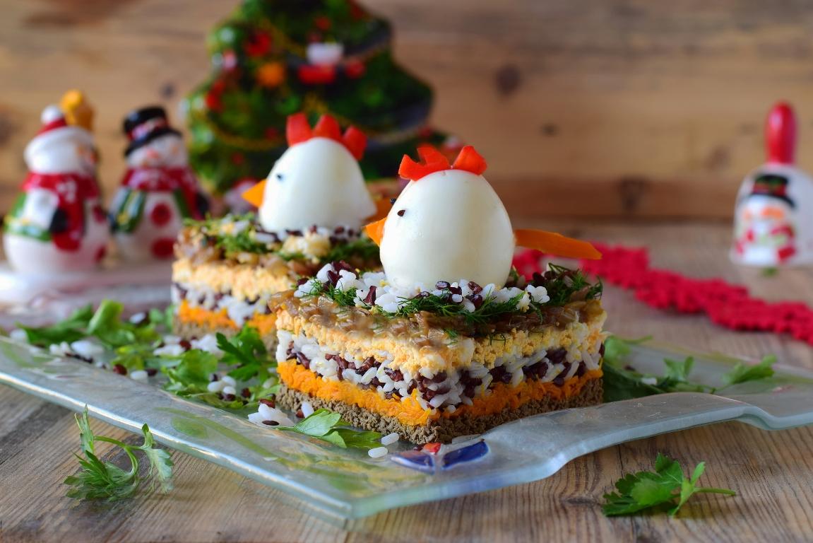 Аппетитный праздничный салат с рисом и куриной печенью