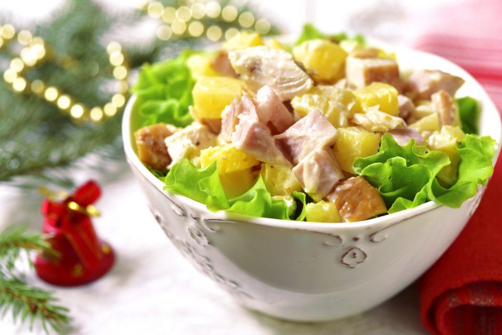 Салат «Гавайский» с копчёной курицей, сыром и ананасами