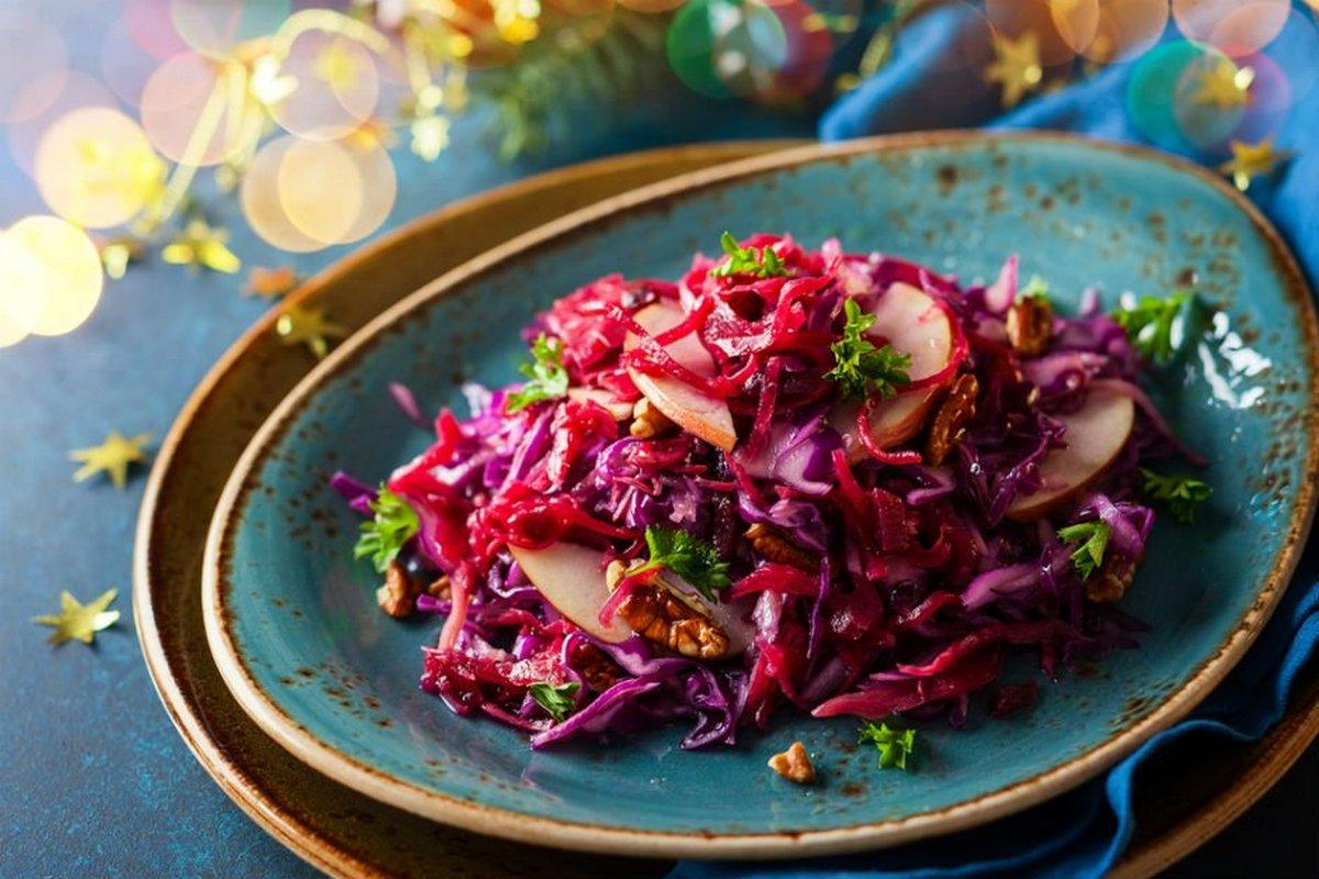 Салат с маринованной свеклой, красной капустой, яблоками и орехами