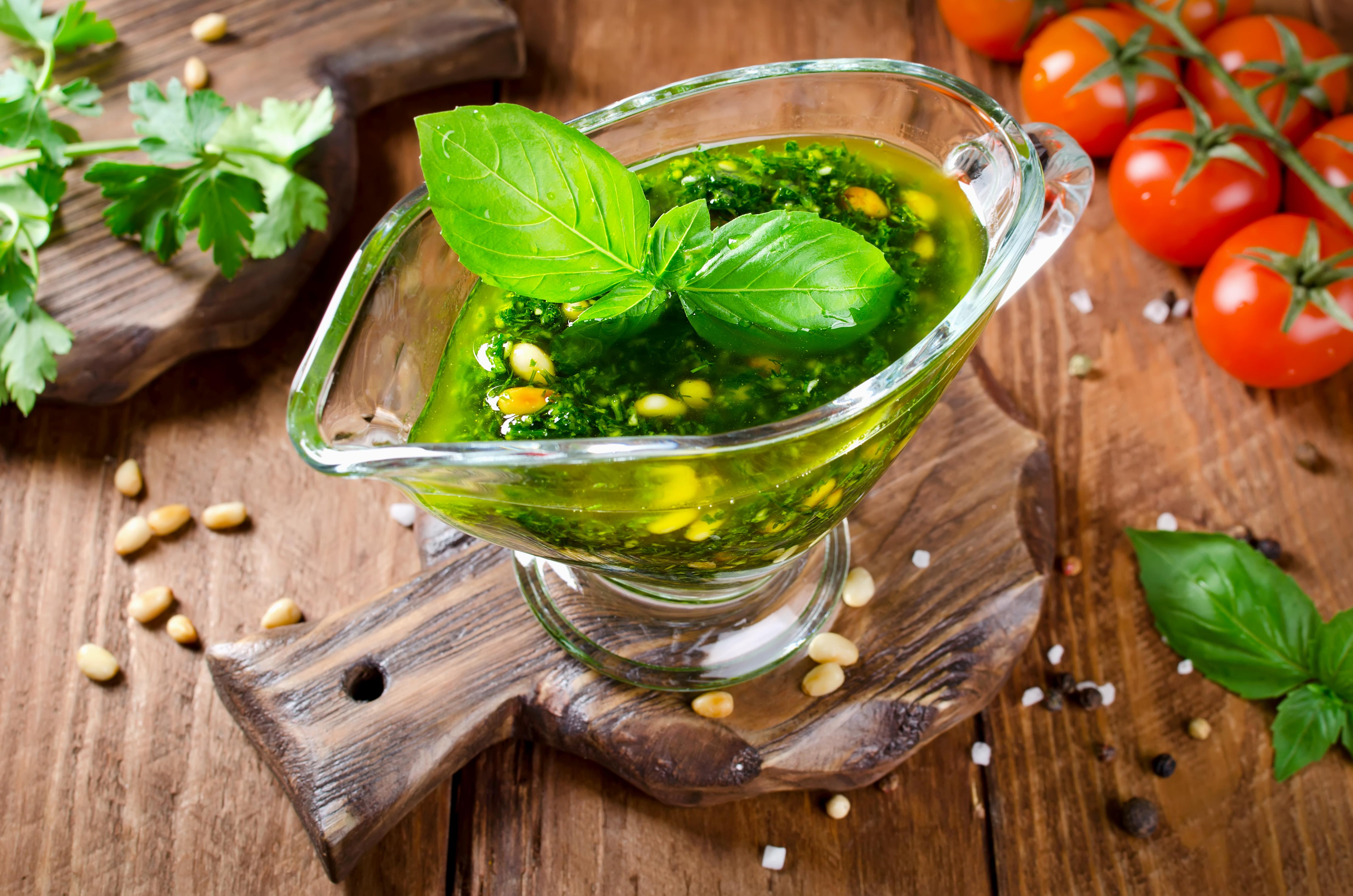 Зелёный соус с кедровыми орешками