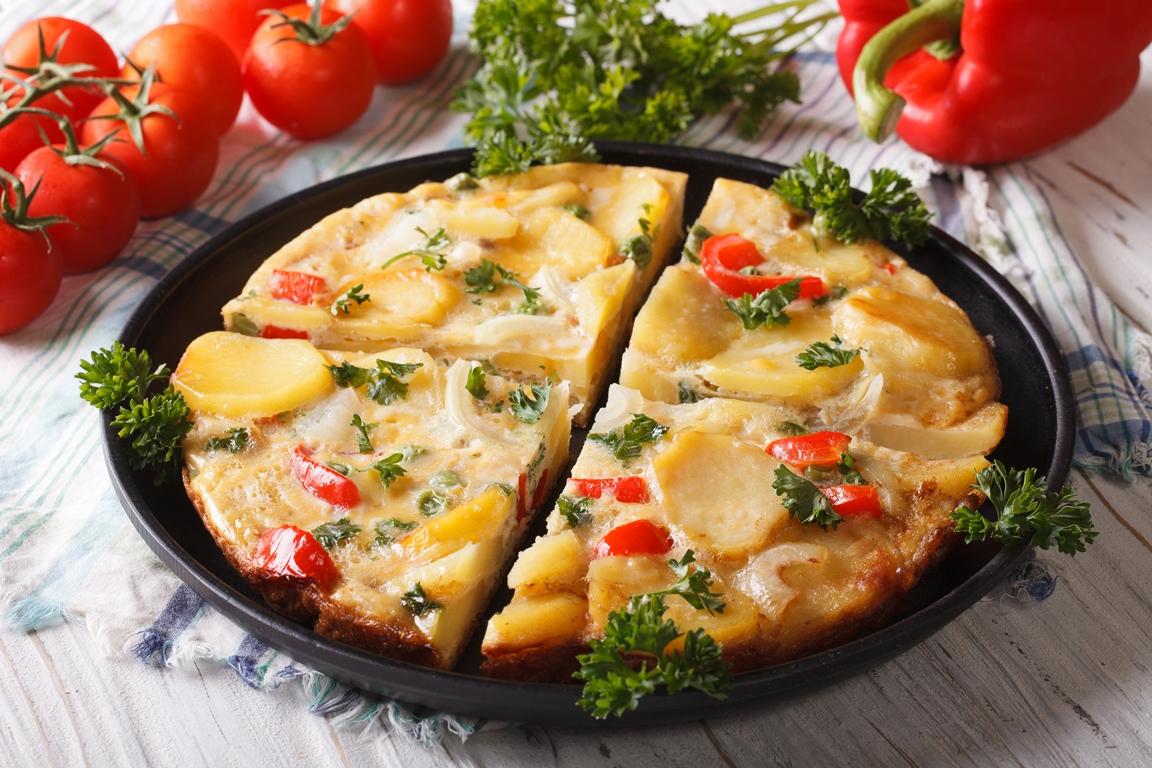 Испанский омлет с картофелем и овощами по-домашнему