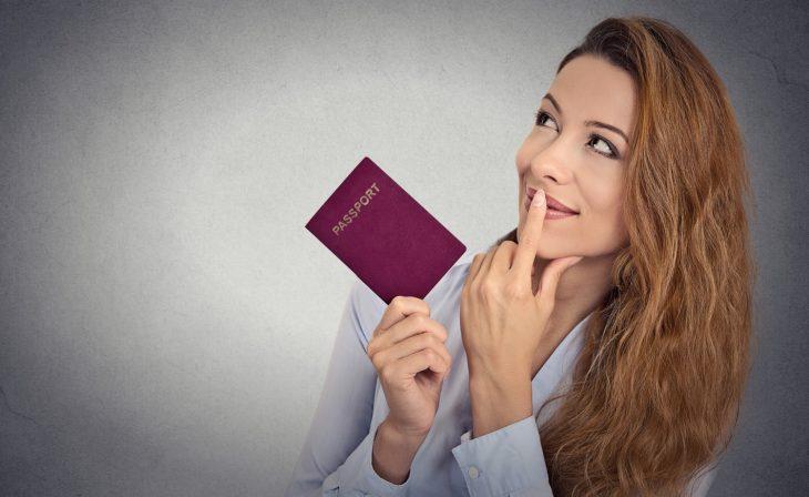 Фото Моя подруга занимается заявками на регистрацию брака — обычный сотрудник ЗАГСа. Вот недавно поведала мне историю про то, как к ней заявилась молодая девушка с двумя паспортами. Уверенной походкой