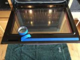 Лайфхак: Простое до безобразия средство за копейки, которое легко очистит стекло духовки от жира
