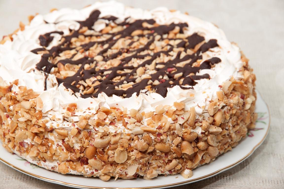 """Домашний торт """"Сметанник"""" с шоколадом и орехами"""