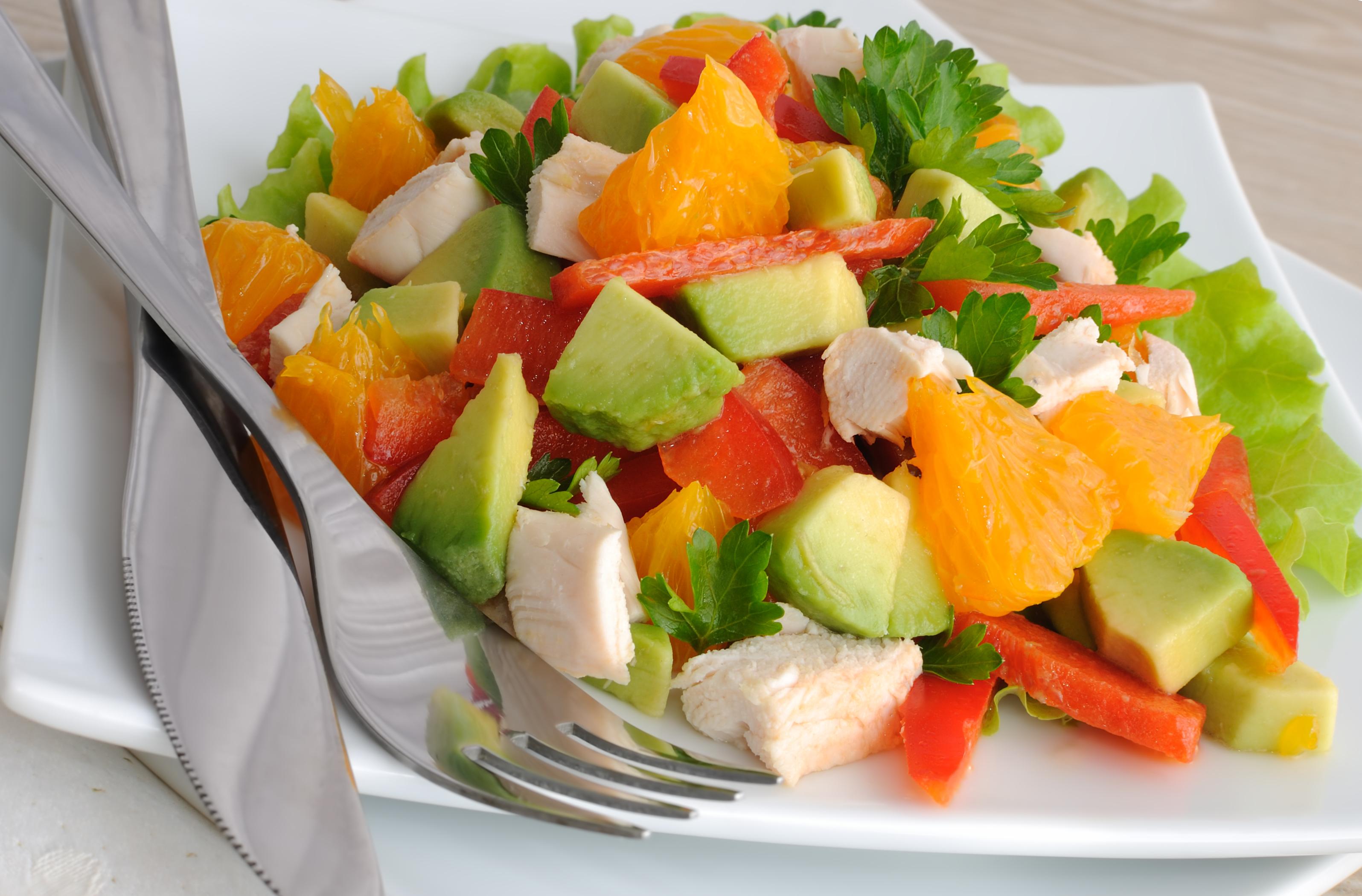 Салат с курицей, авокадо, сладким перцем и апельсином