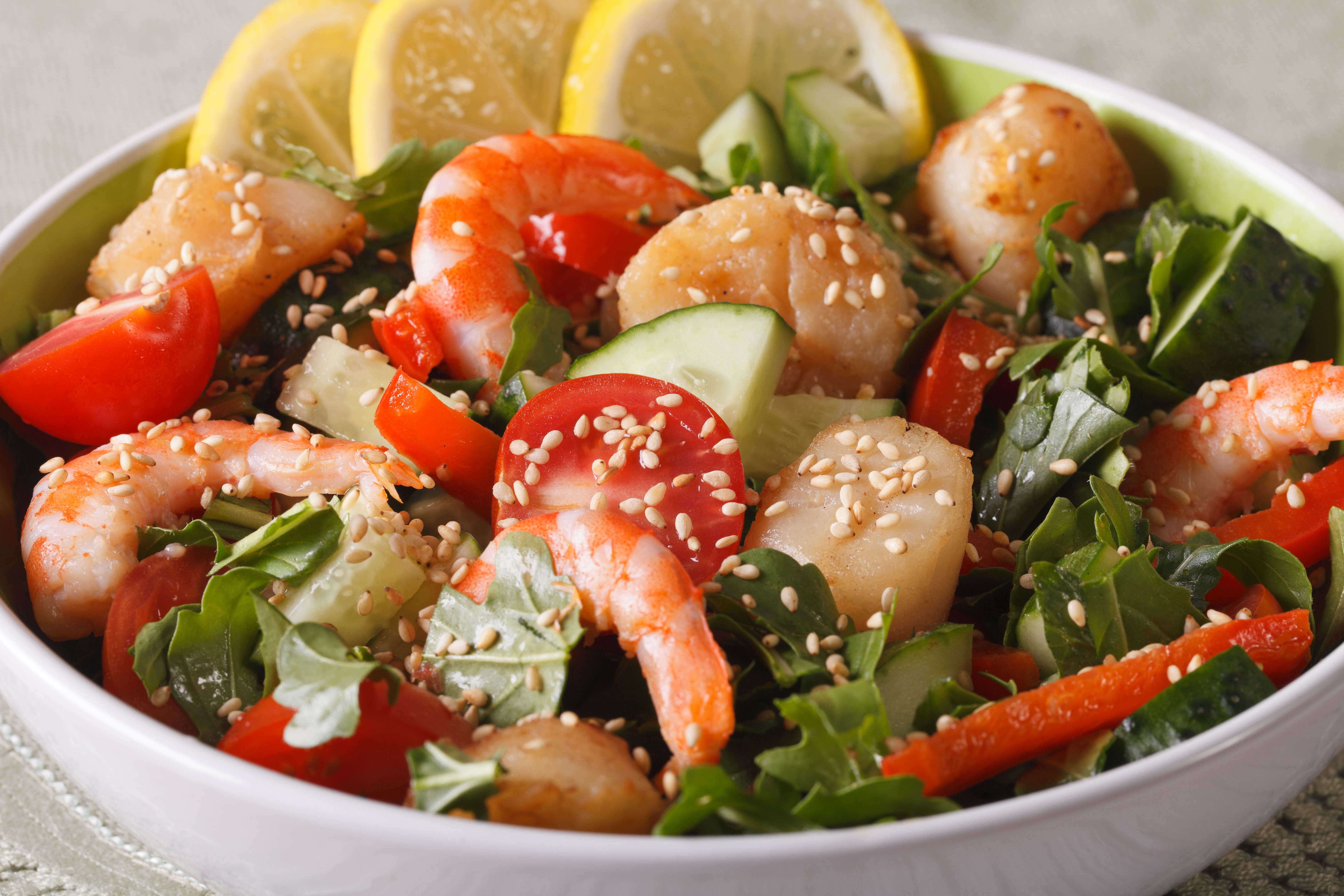 Тайский салат с креветками и овощами