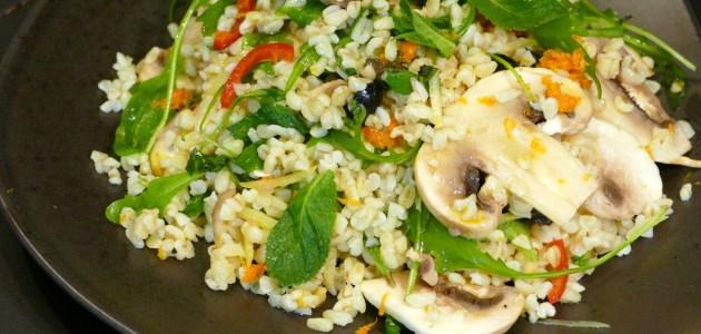 Фото Теплый салат со свежими шампиньонами, булгуром и мятой