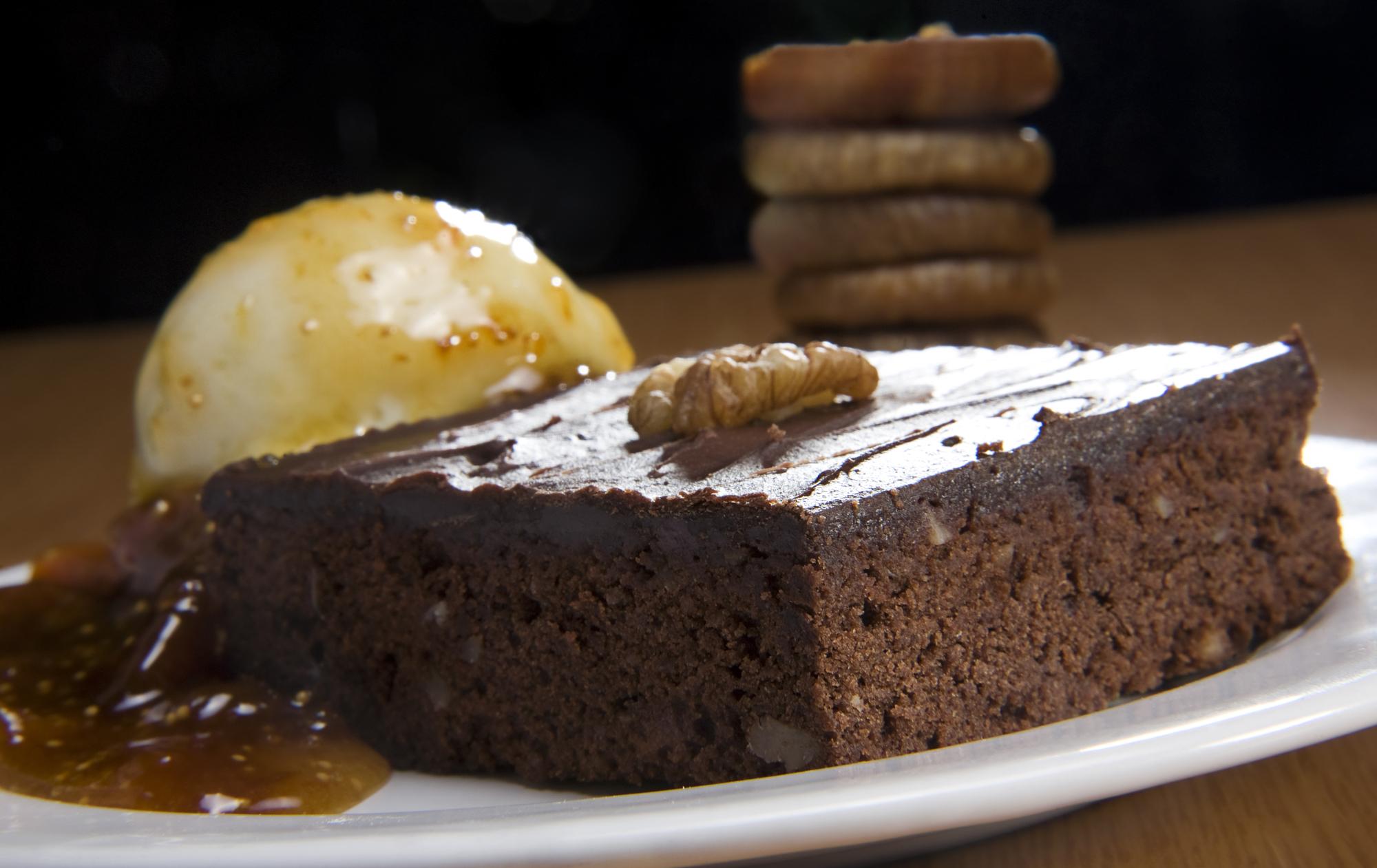 Шоколадный брауни с мороженым