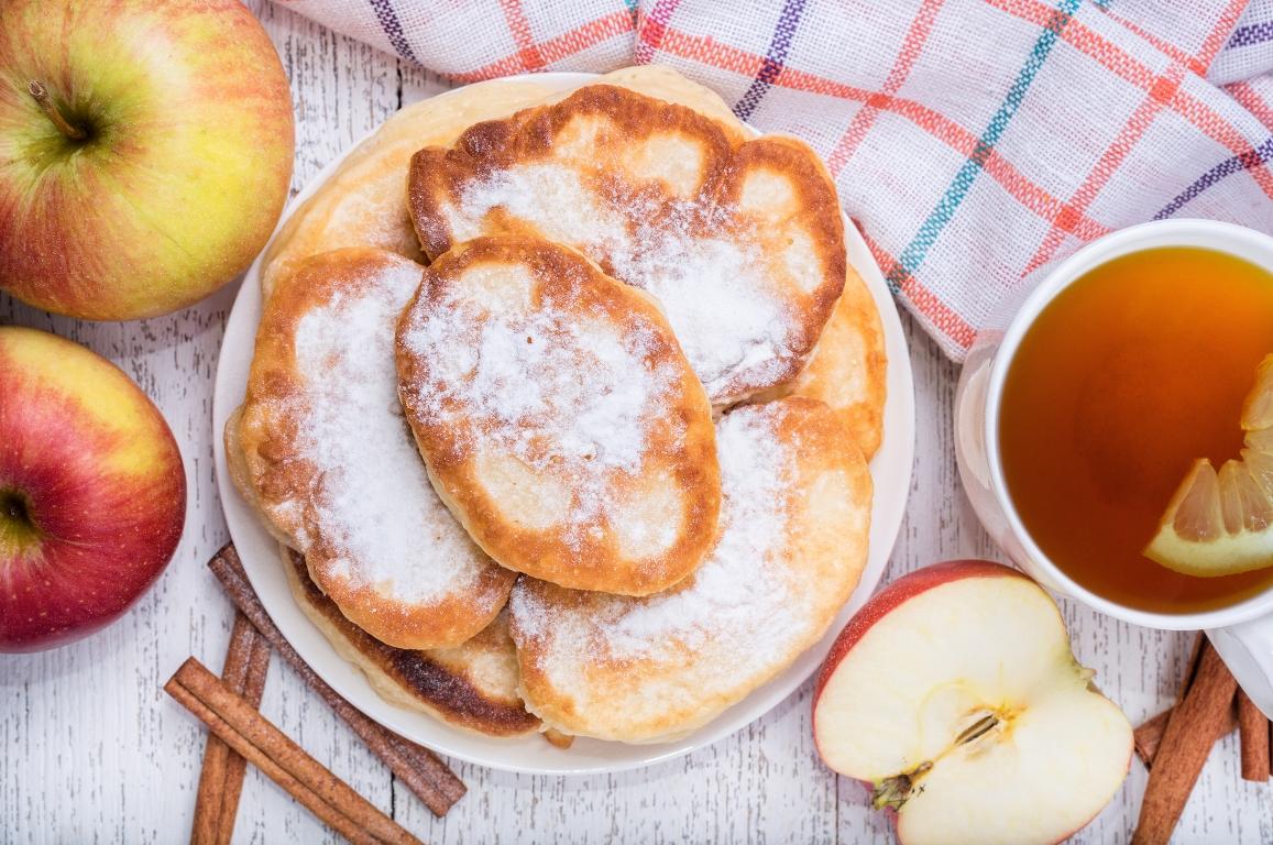 Домашние яблочные оладьи с корицей