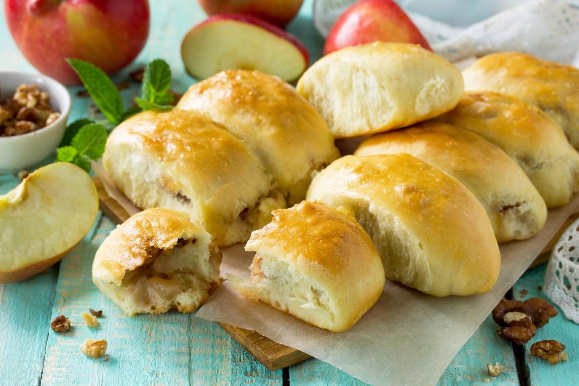 Домашние пирожки с яблоками из творожного теста