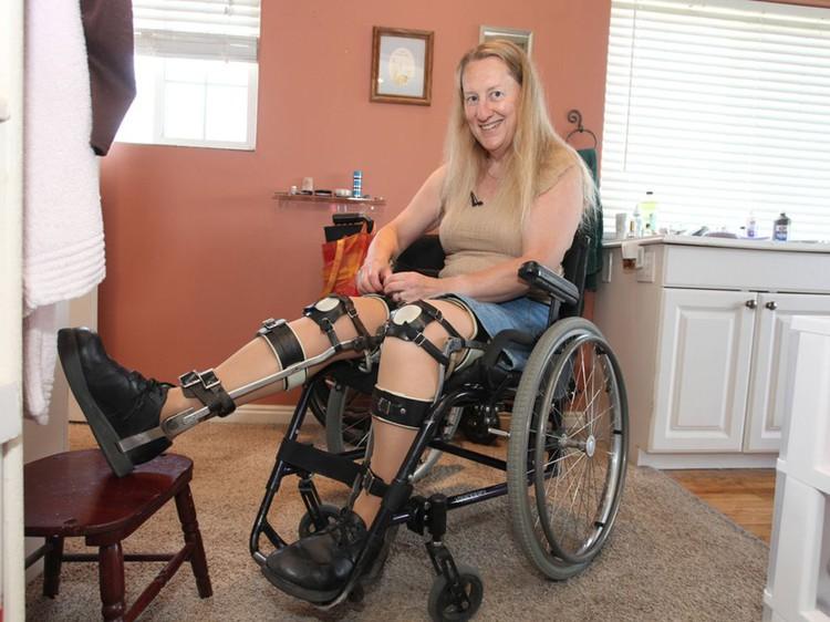 Британка с детства мечтает быть прикованной к инвалидному креслу