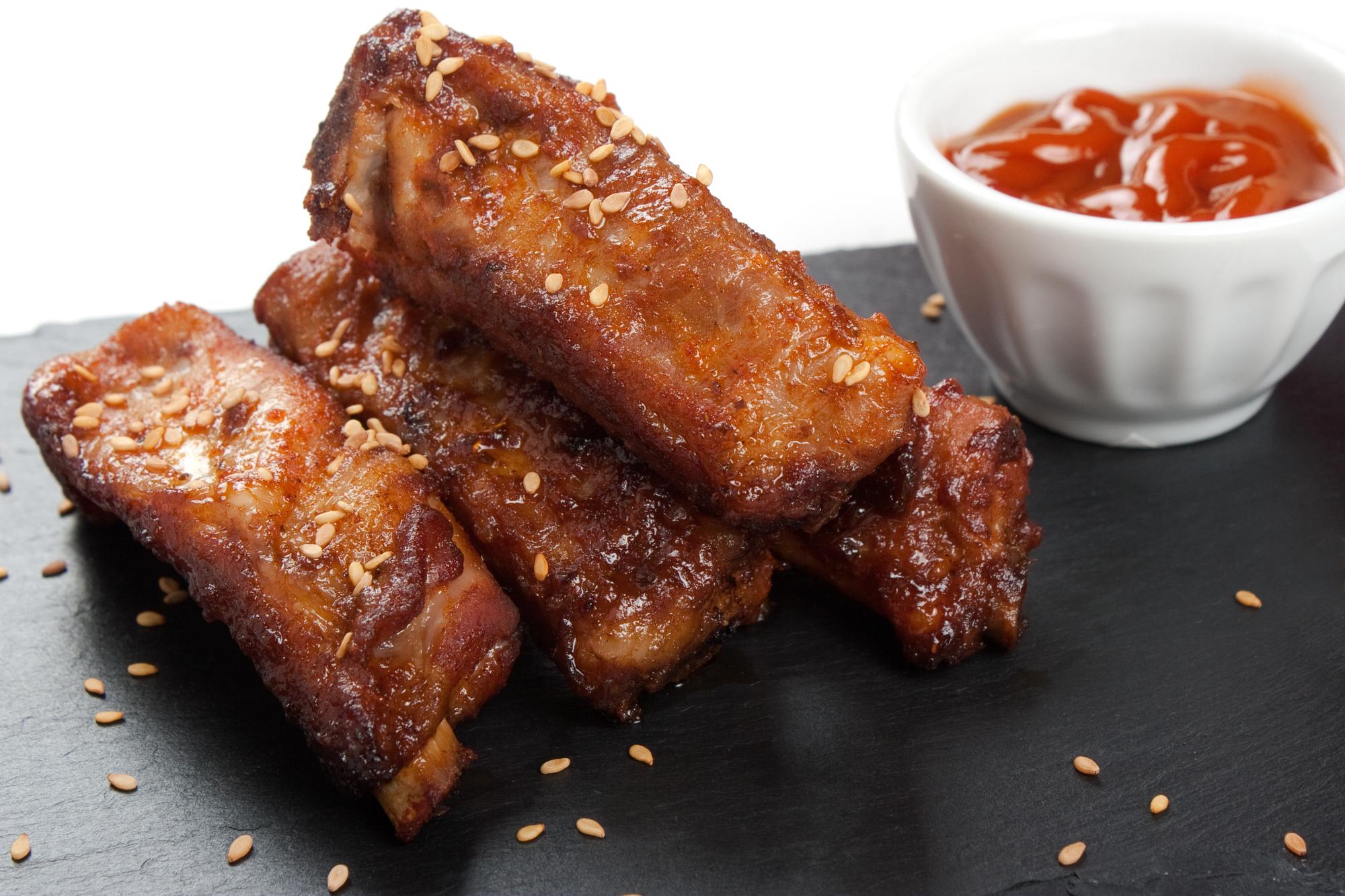 Запеченные свиные ребрышки с кунжутом