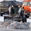 В Красноярске убирают снег и лед в районе участков для голосования