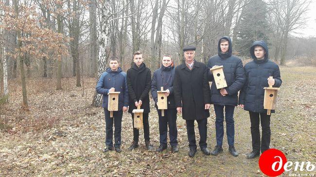 Фото Винницкие школьники вместе с лесниками развесили почти 20 тысяч скворечников