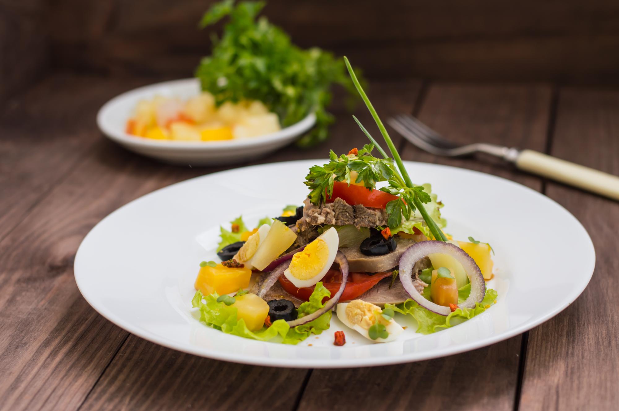 Салат с отварным языком и овощами