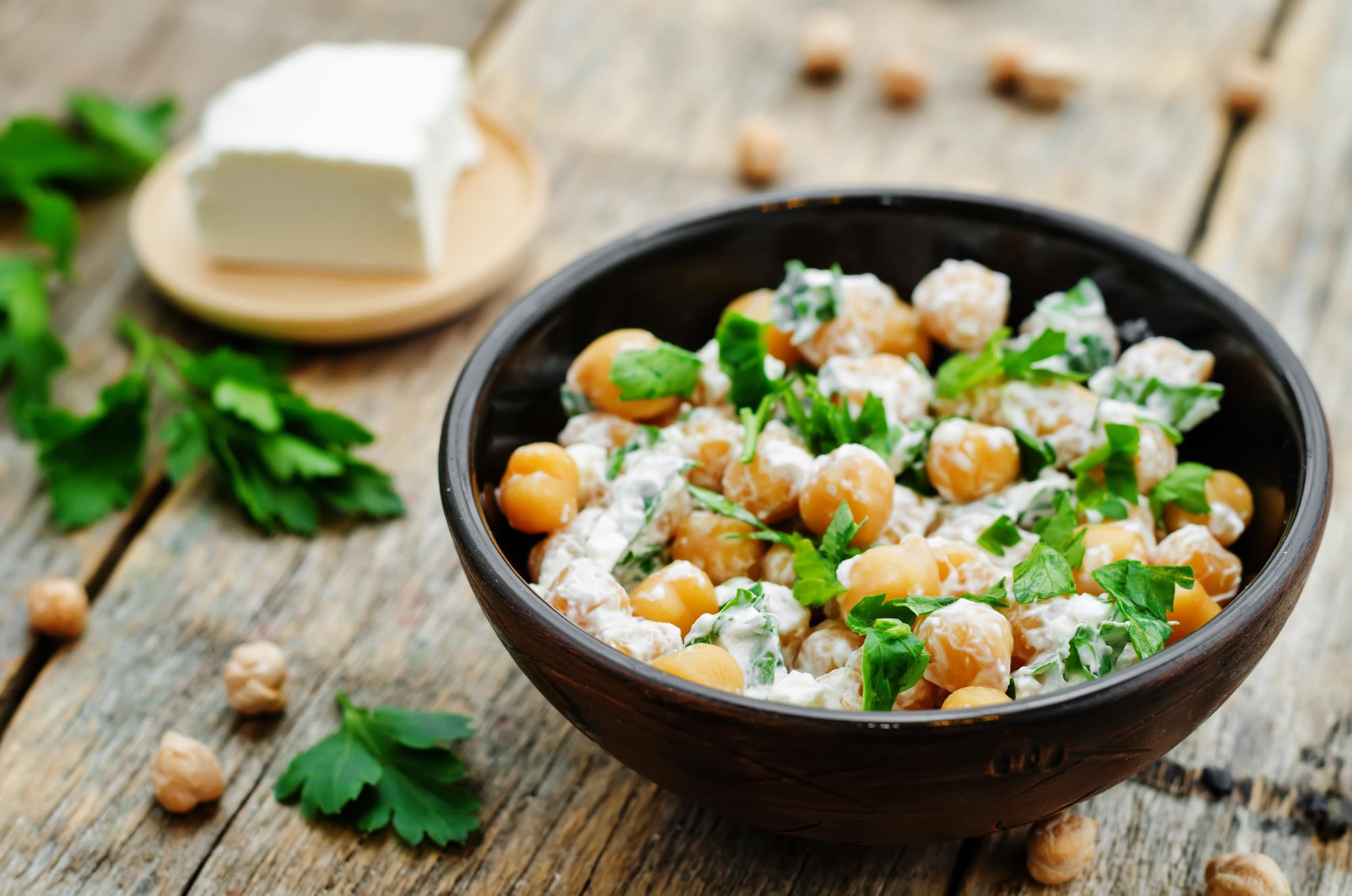 Салат из нута, сыра фета и петрушки
