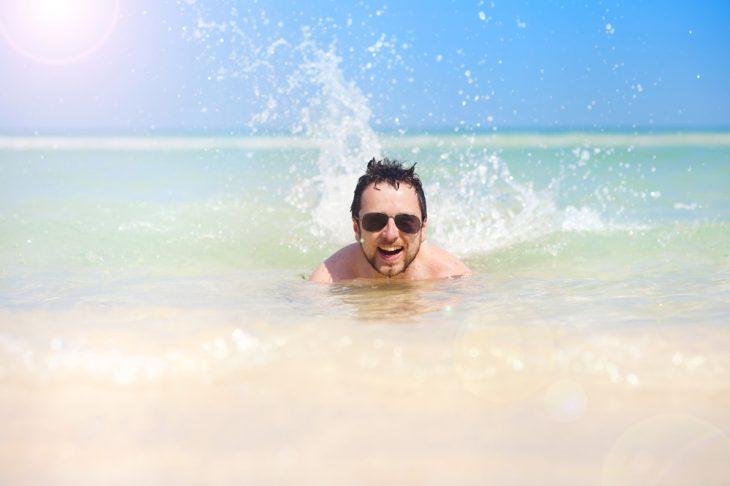 Фото Этим утром пришёл на пляж, отплыл на несколько метров от берега и тихонько качался себе на поверхности водной глади, но вдруг заметил в метрах 10 от себя здоровенный надувной матрац и десятилетнего