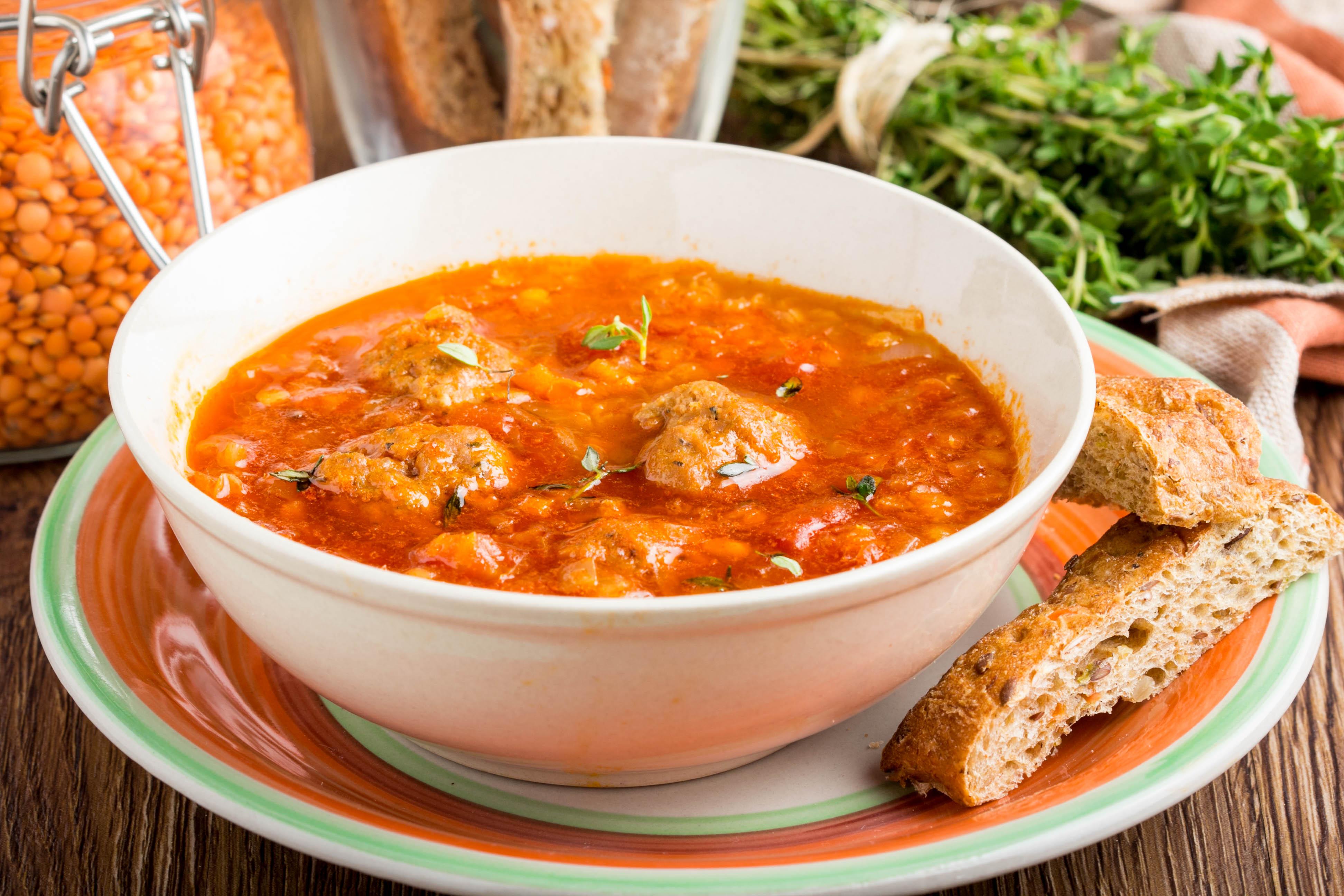 Томатный суп с фрикадельками и чечевицей