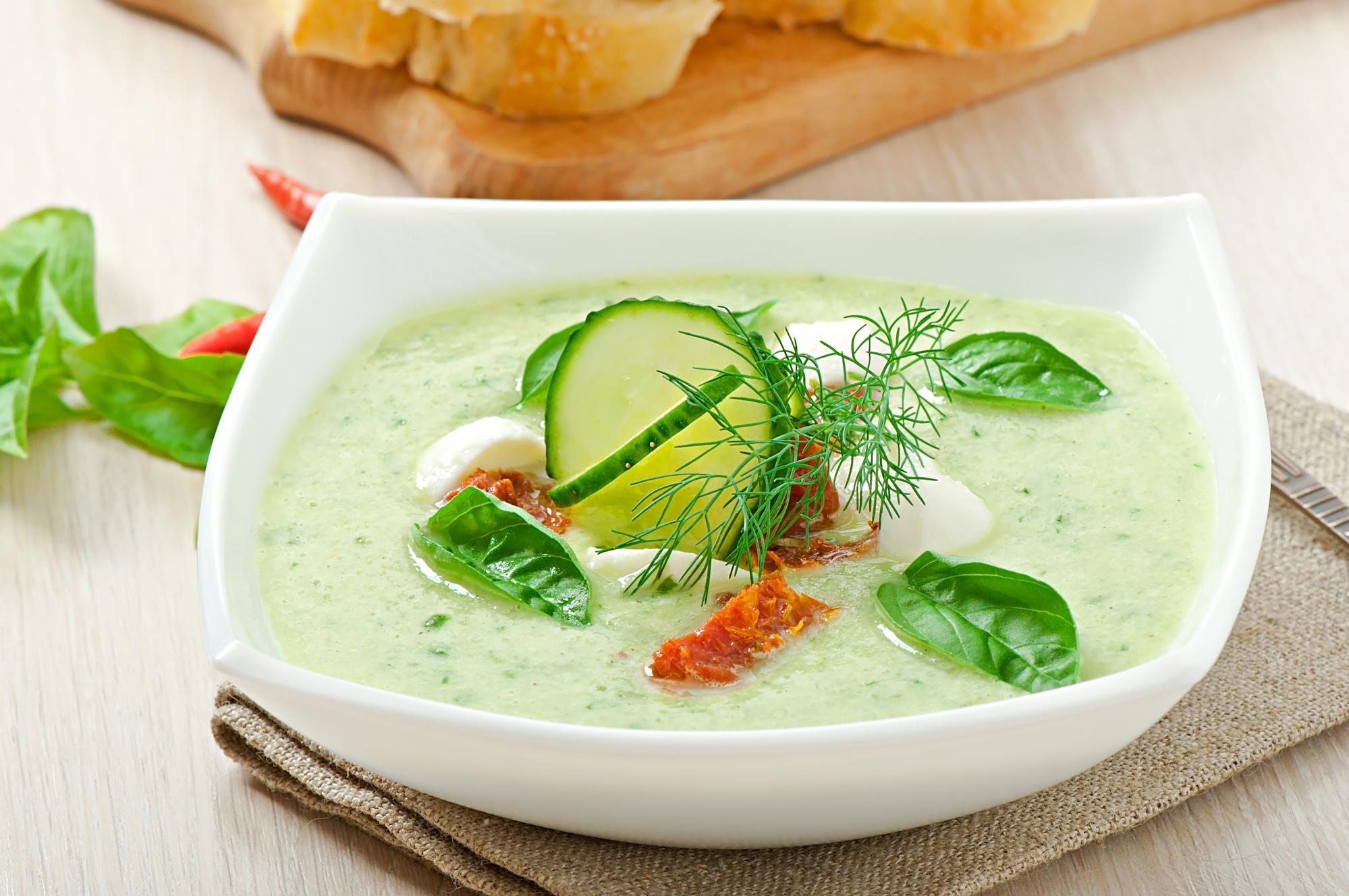 Холодный огуречный суп с вялеными томатами и моцареллой