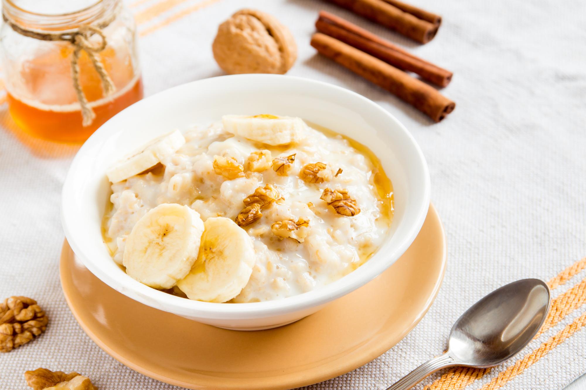 Овсяная каша с бананами, медом и орехами