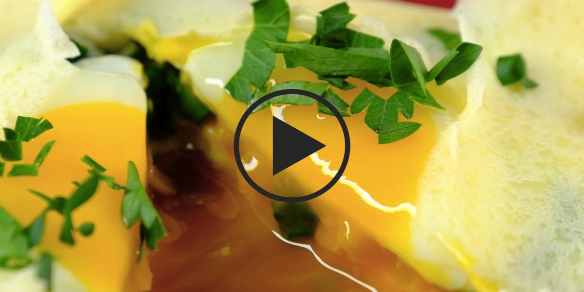 Видео-рецепт: Блины с жидким яйцом на завтрак