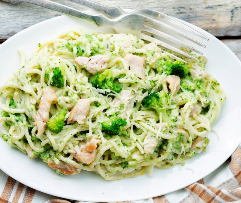 Аппетитные спагетти с курицей и брокколи в сливочном соусе