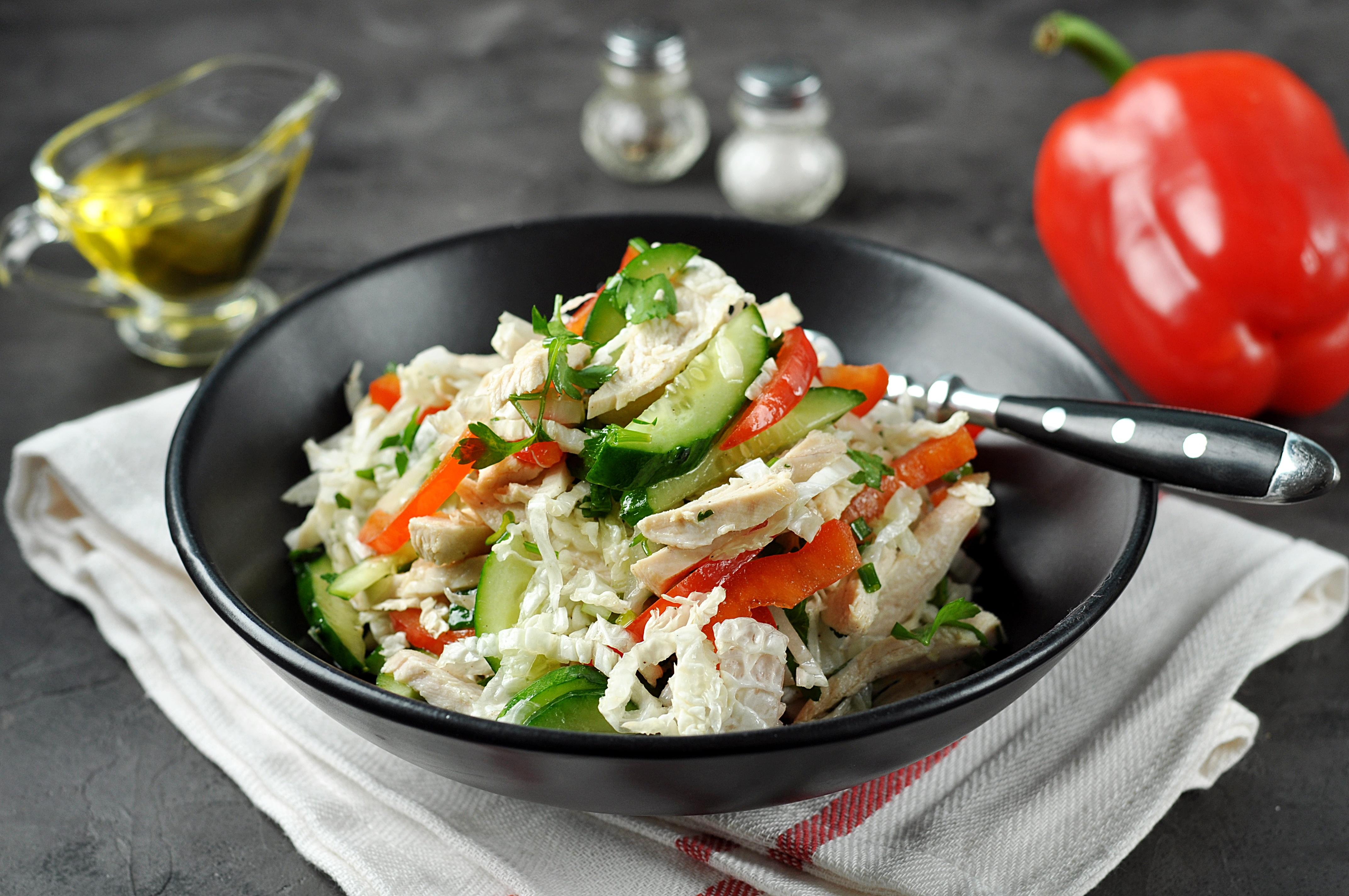 Салат из пекинской капусты с курицей, огурцом и болгарским перцем