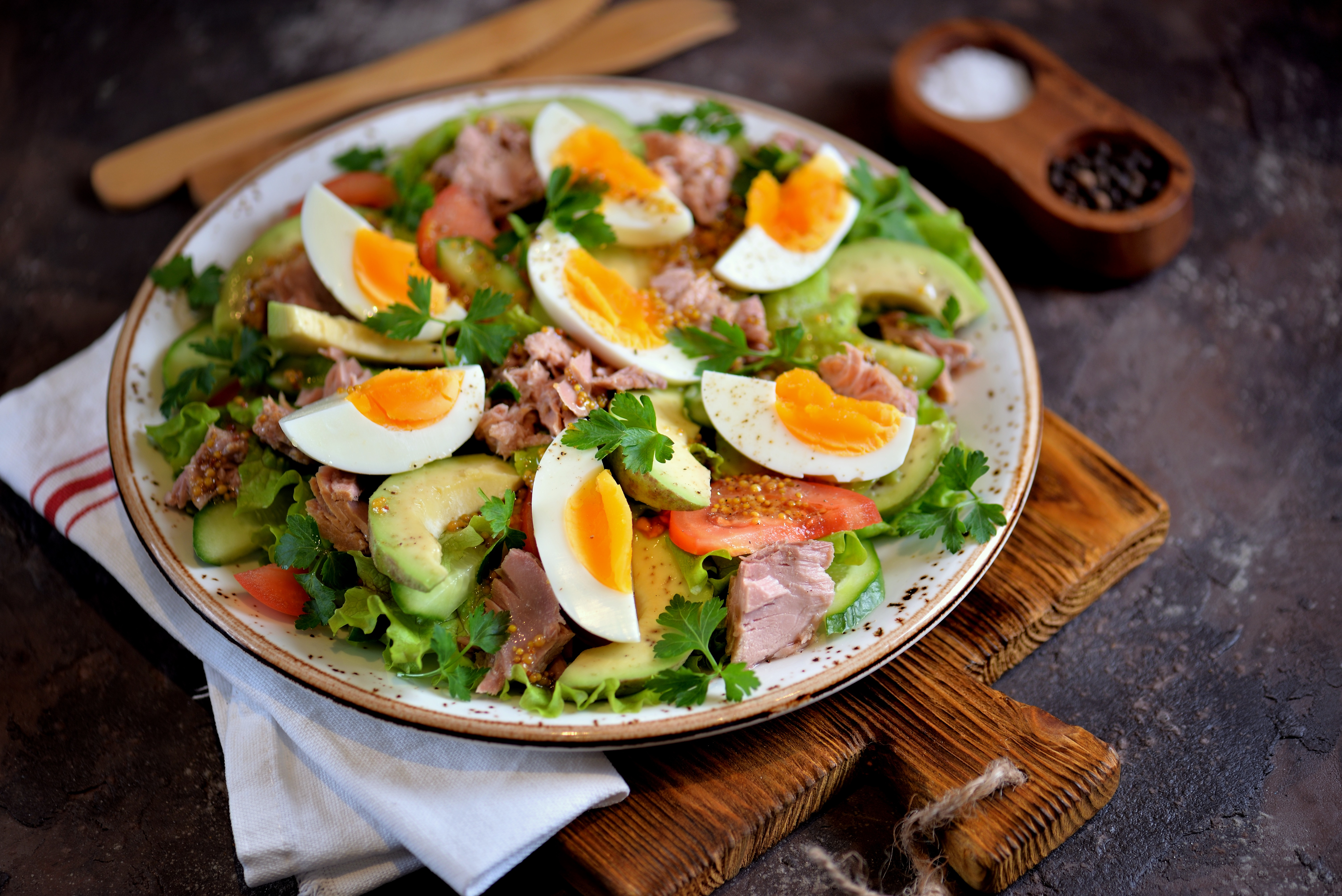 Салат с тунцом, авокадо и помидорами