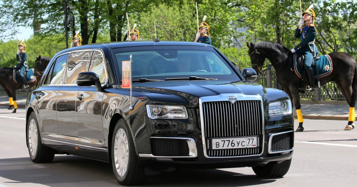 Странные номера. Путин впервые проехал на новом лимузине (ФОТО)