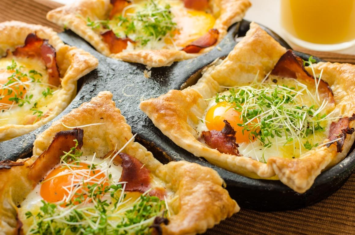 Вкуснейшие слойки с яйцом, ветчиной и сыром для завтрака
