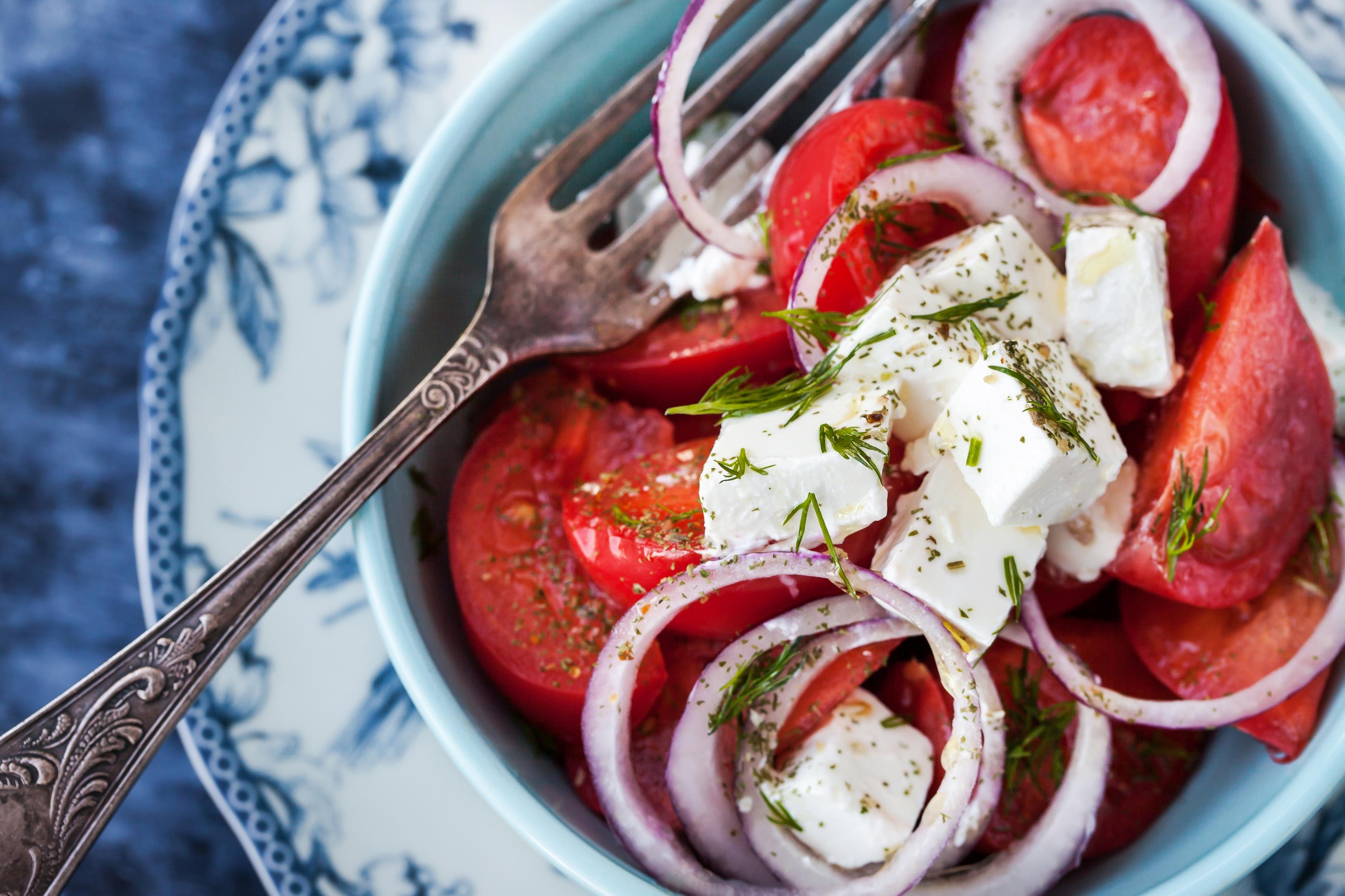 Салат из помидоров с фетой и пикантной заправкой