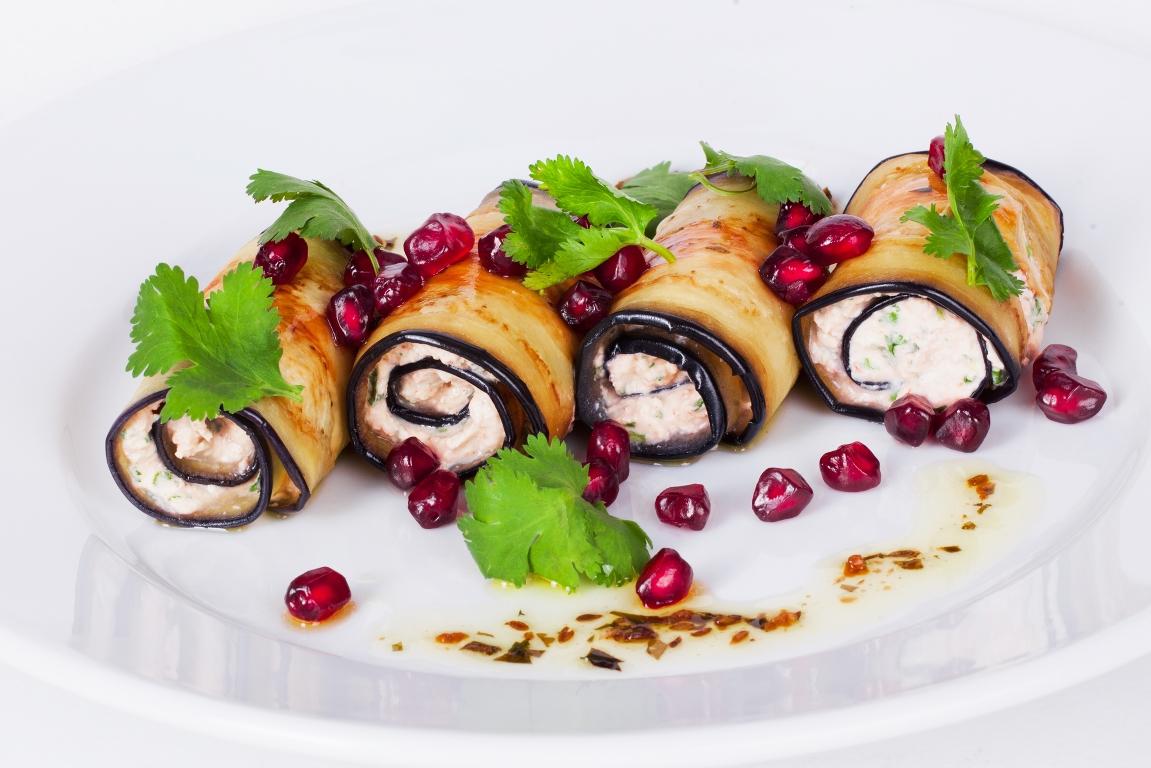 Аппетитные рулетики из баклажанов с сырной начинкой