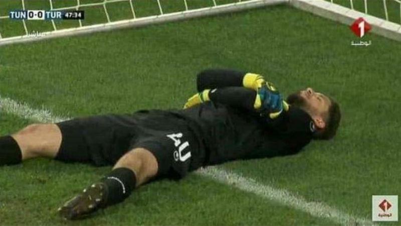 Фото Рамадан для хитрых: вратарь сборной Туниса симулировал травмы, чтобы команда могла поесть во время матча