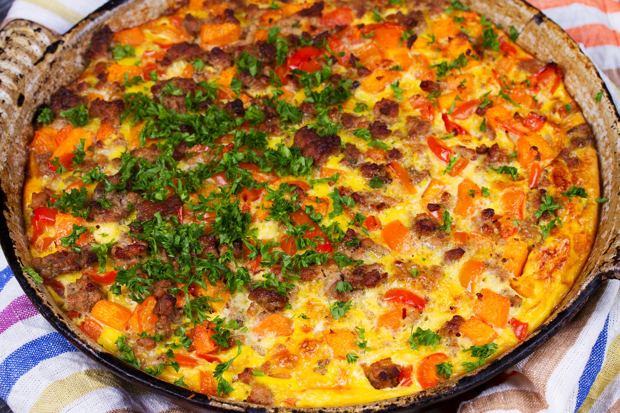 Картофельная запеканка с помидорами и беконом