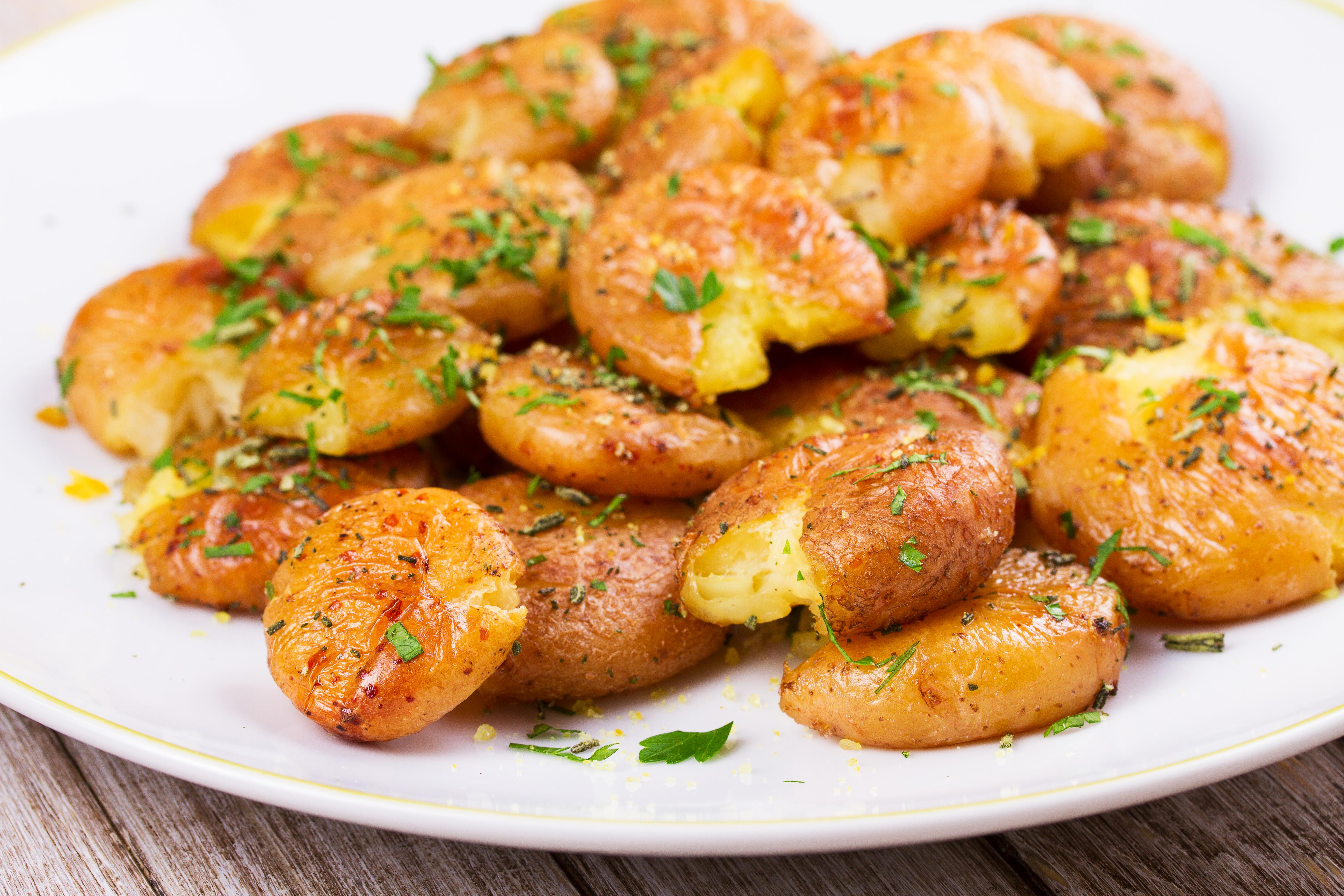 Запечённый молодой картофель в кожуре