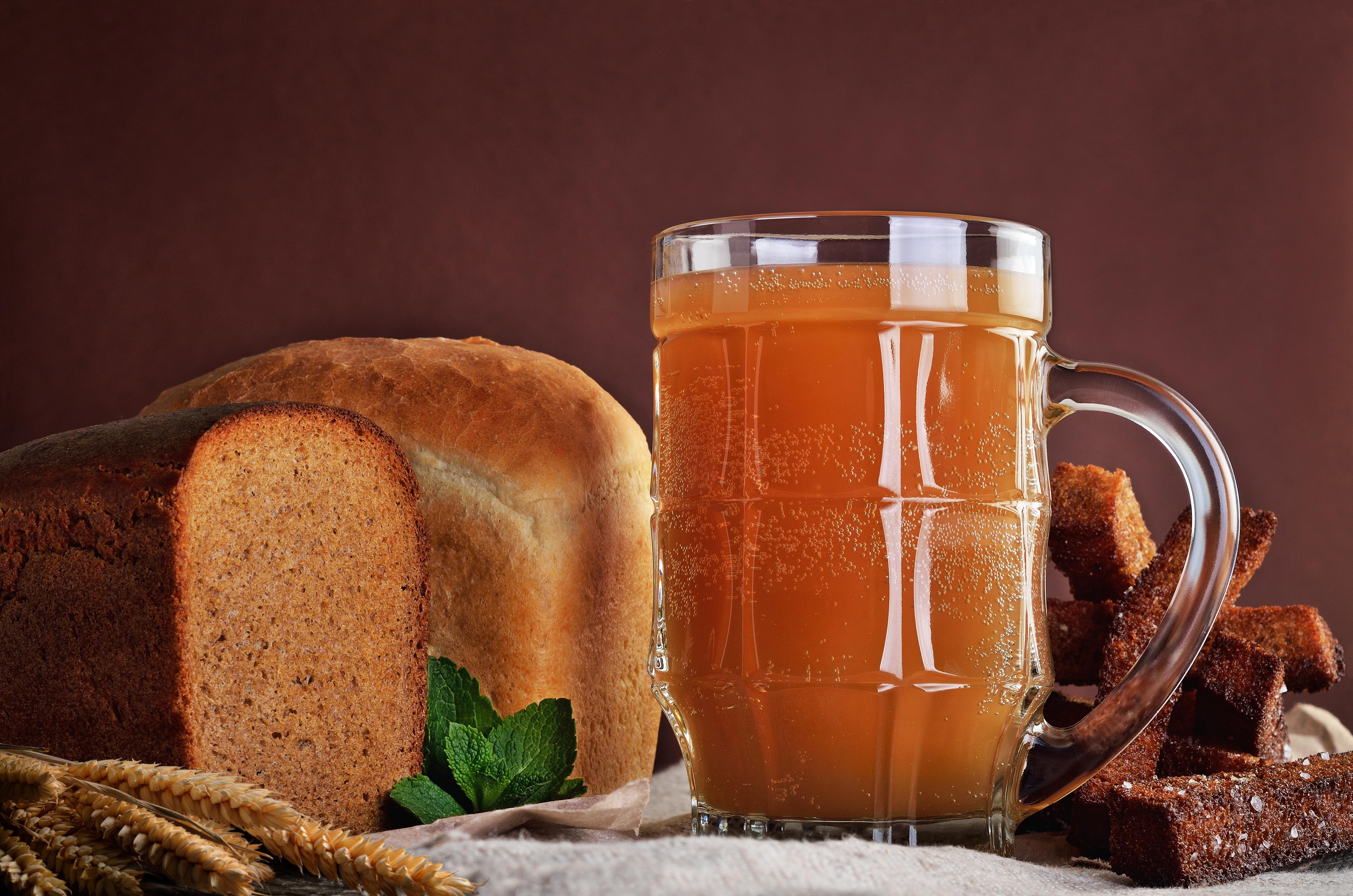 Хлебный квас с медом и изюмом