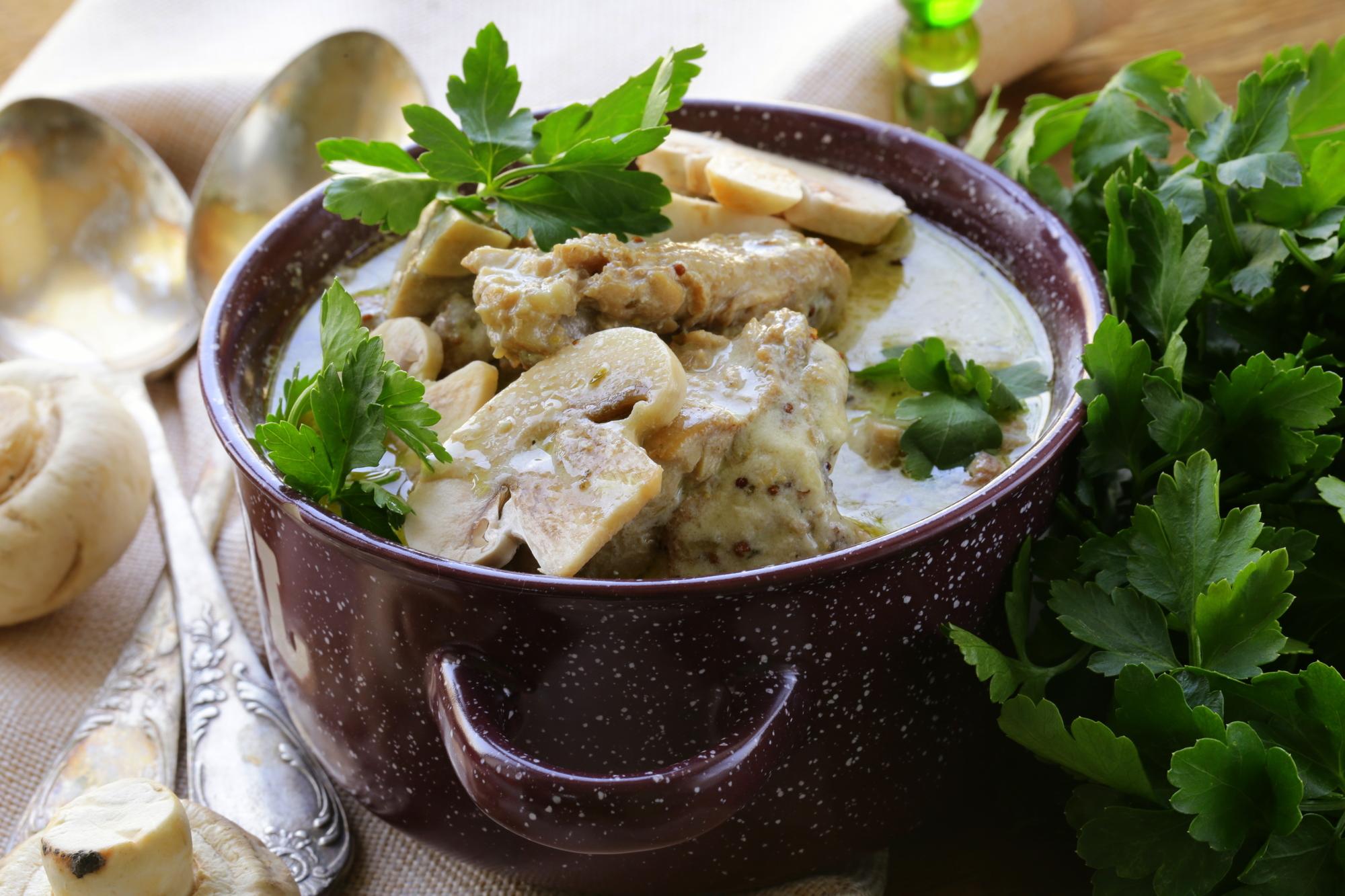 Тушеная курица с грибами в сливочном соусе