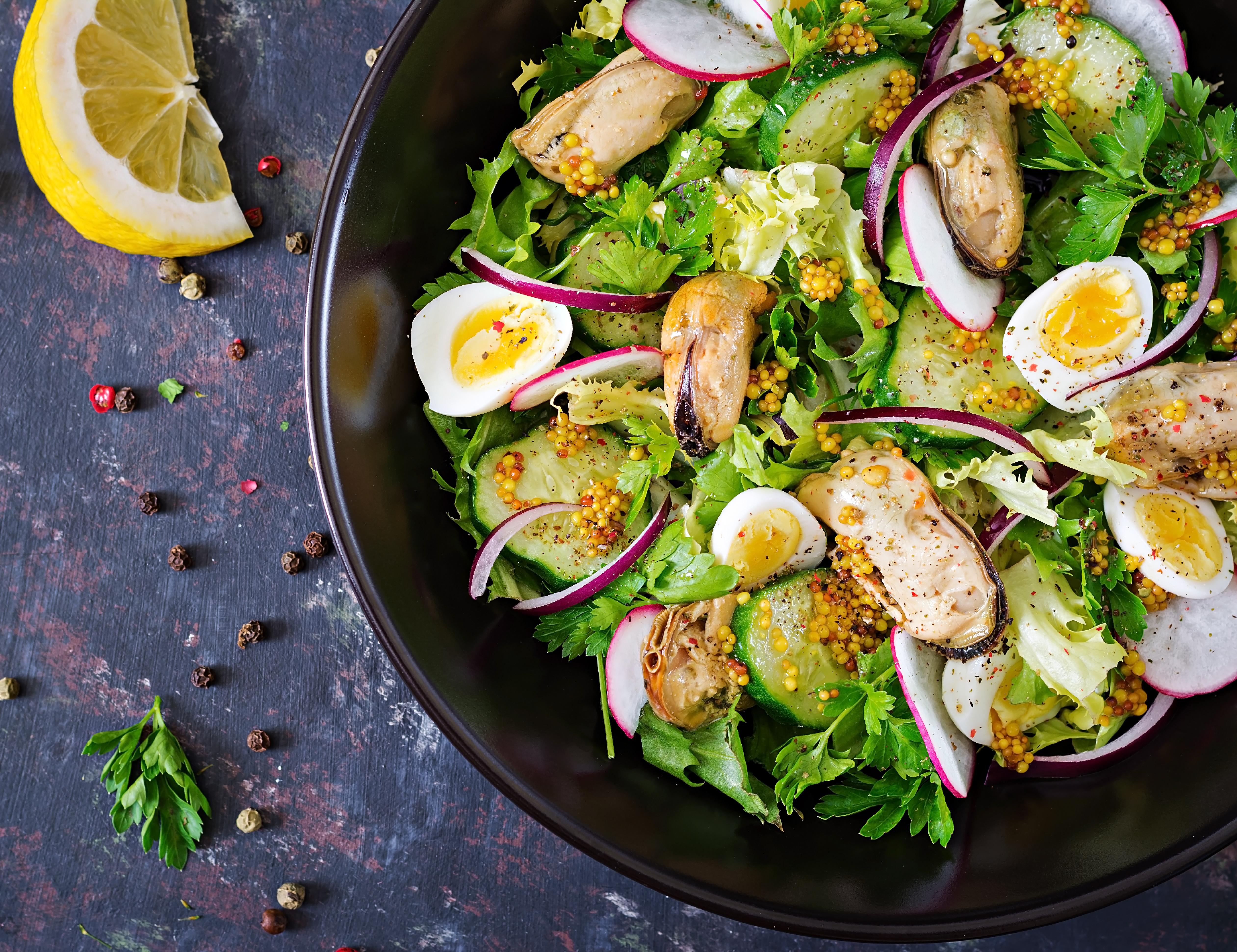 Салат с маринованными мидиями и перепелиными яйцами