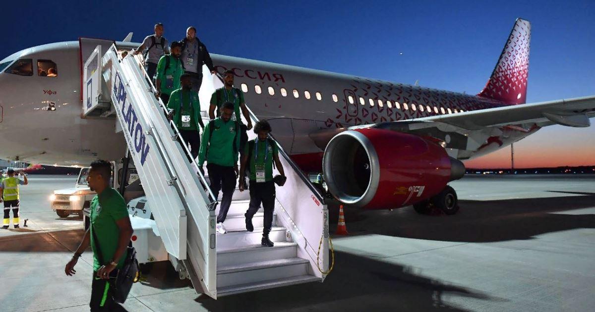 У самолета со сборной Саудовской Аравии вспыхнул двигатель (ВИДЕО)