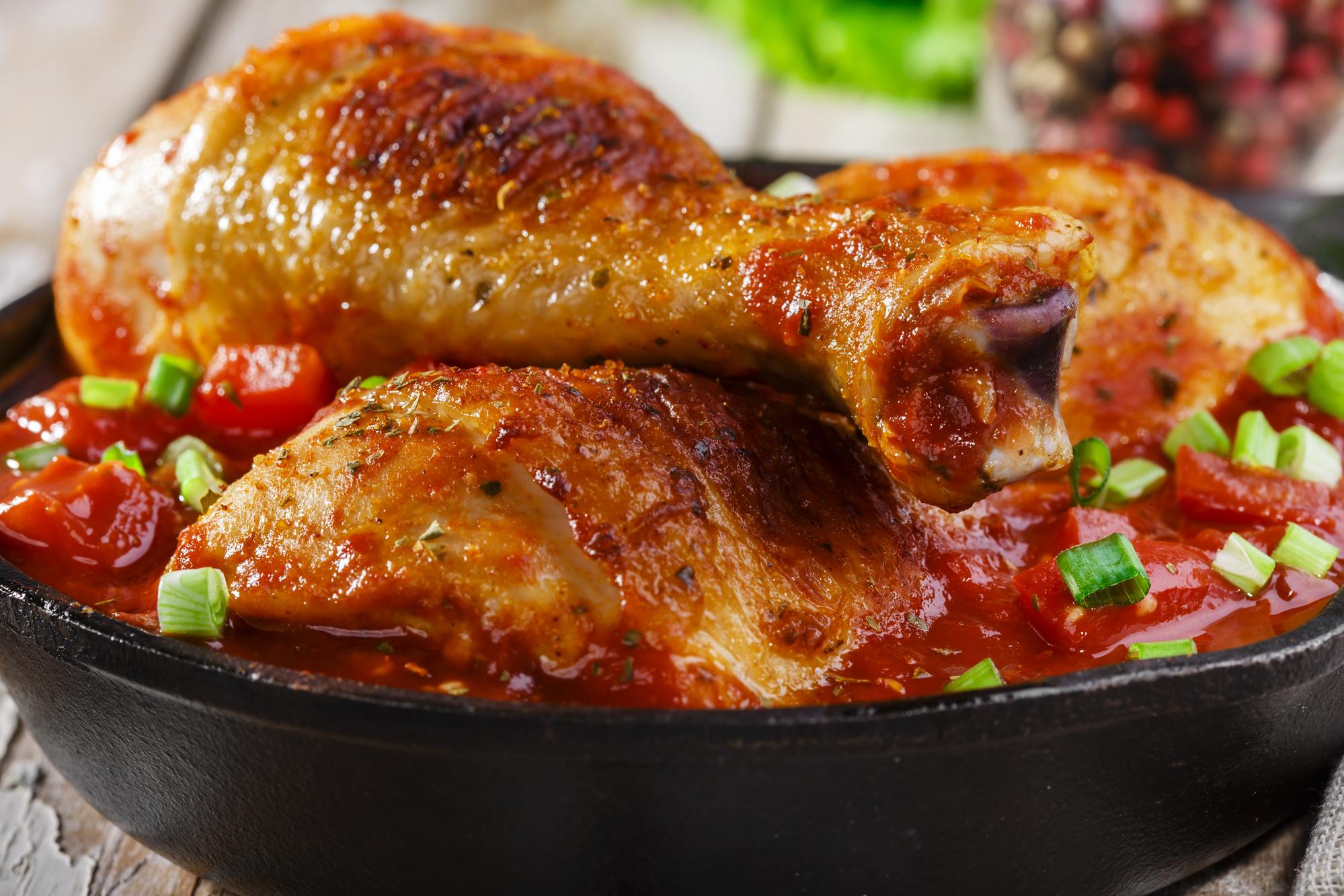Запеченные куриные голени в томатном соусе
