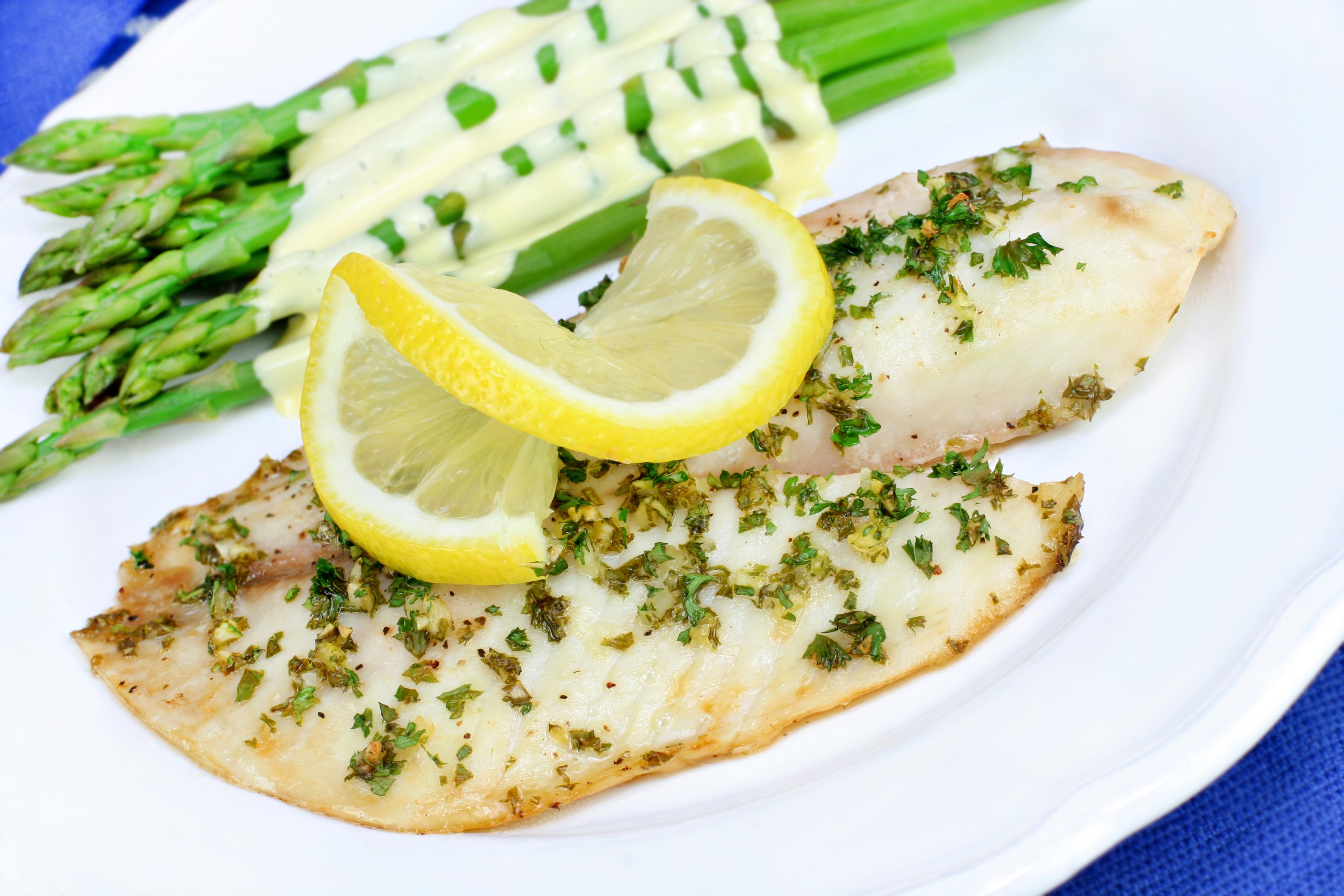 Филе белой рыбы с лимонно-чесночным соусом