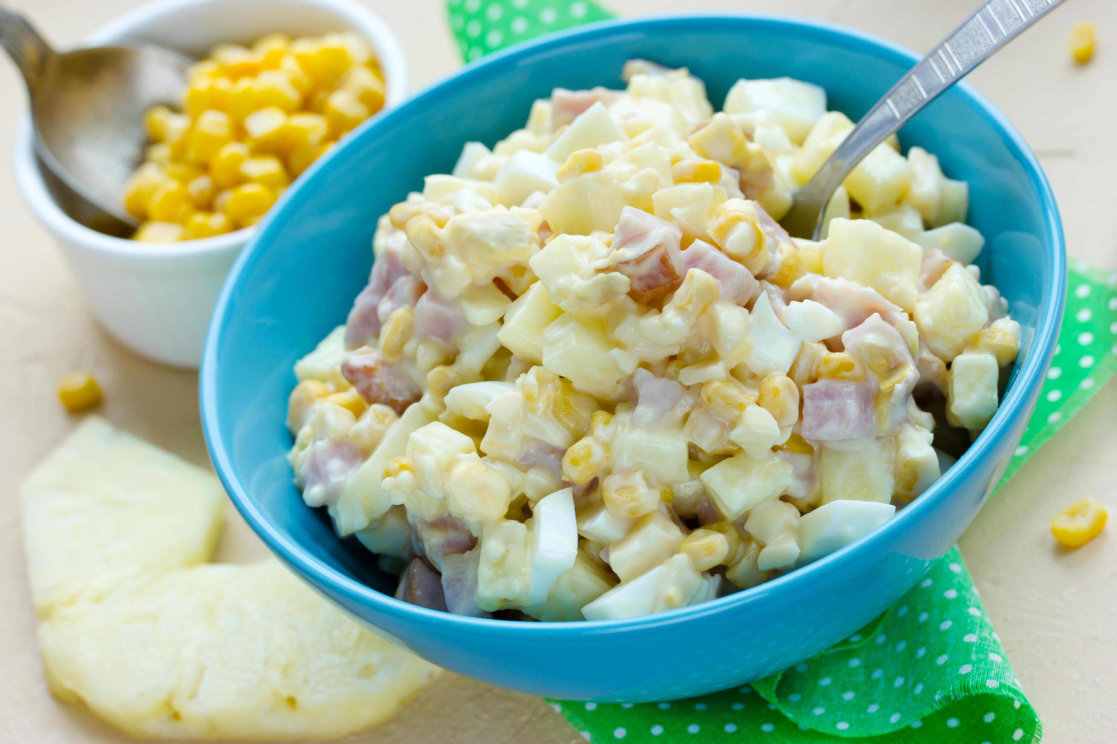 Салат с ветчиной, кукурузой и свежим ананасом