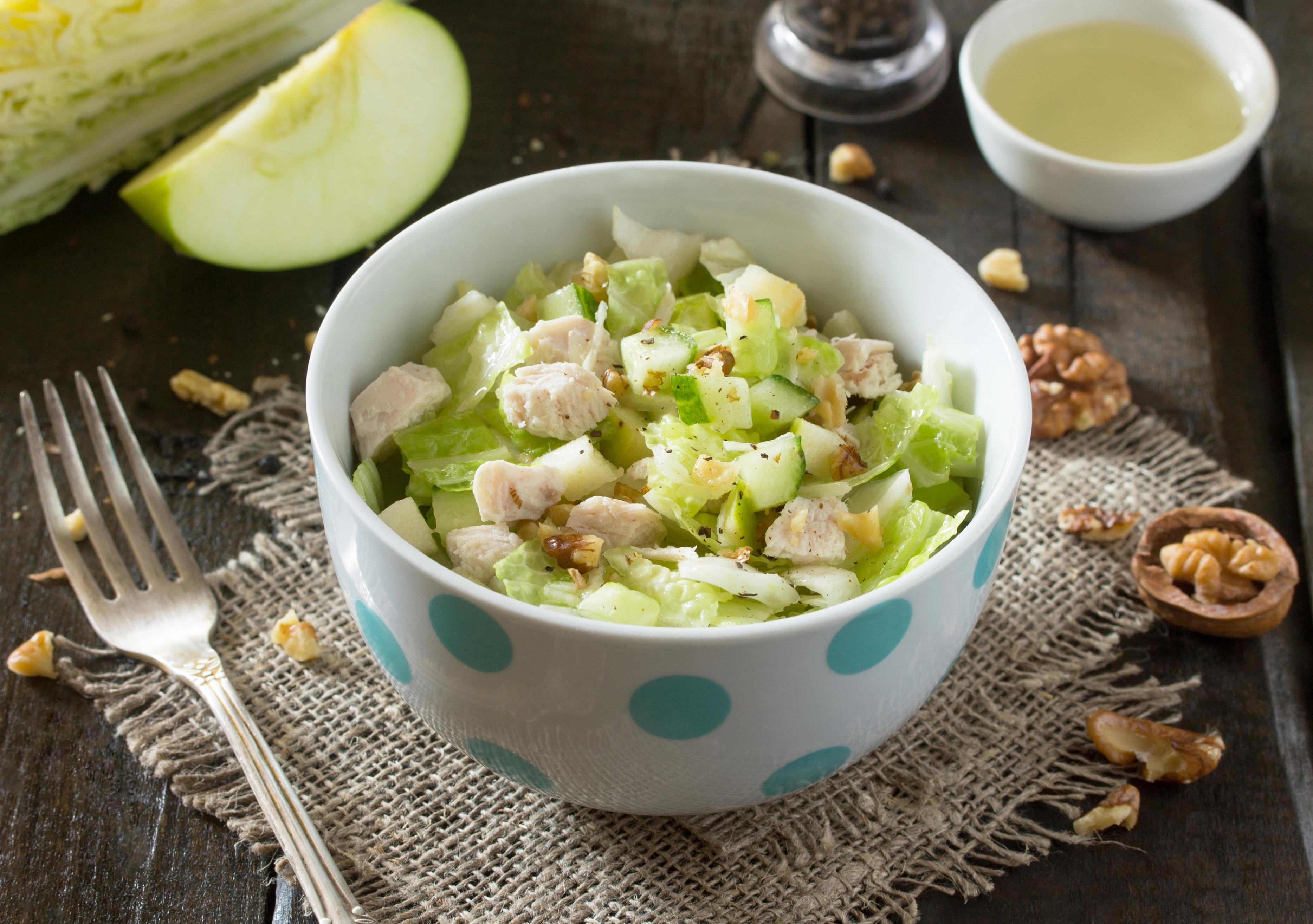 Салат с пекинской капустой, курицей и яблоком