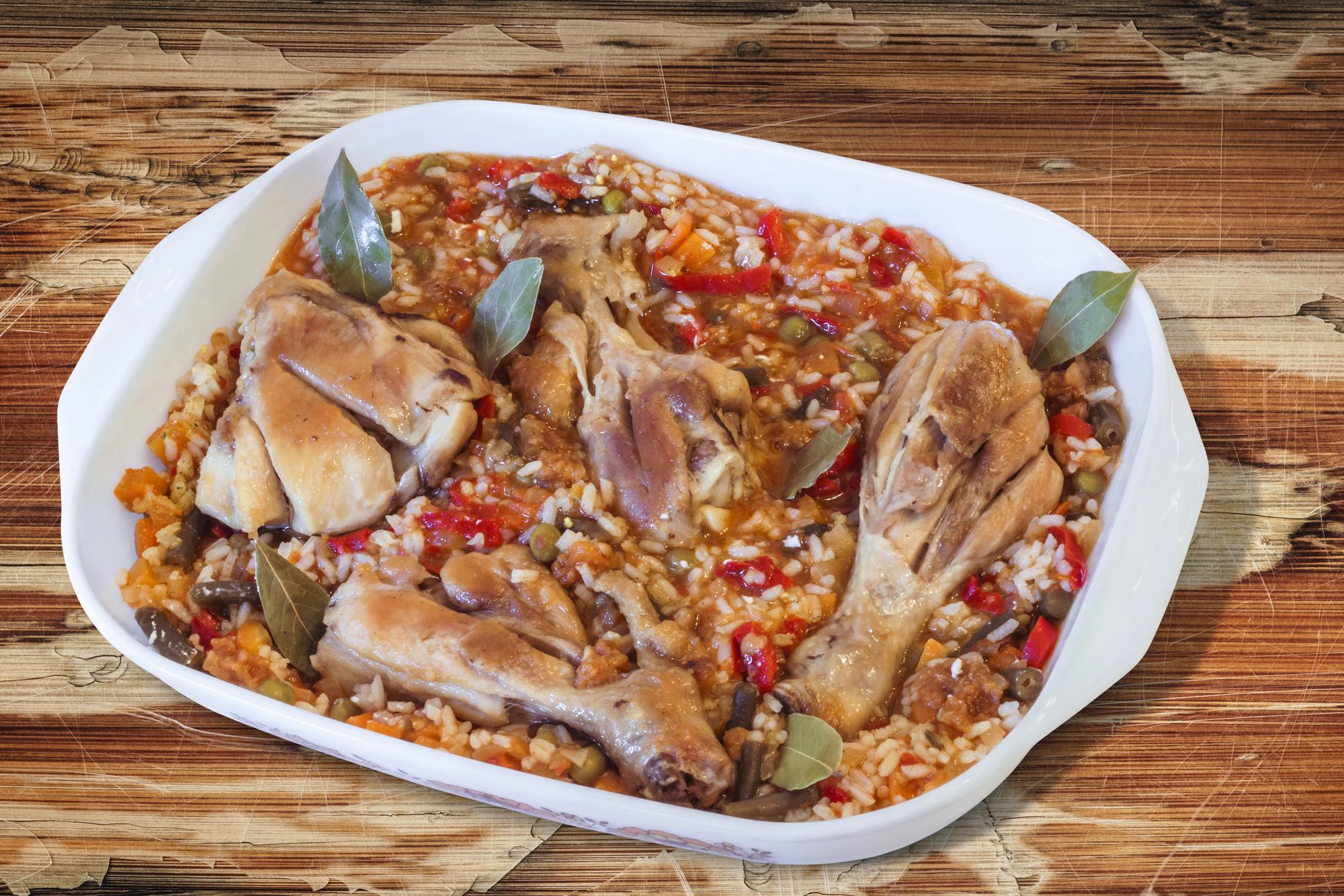 Куриное мясо запеченное с рисом и овощами