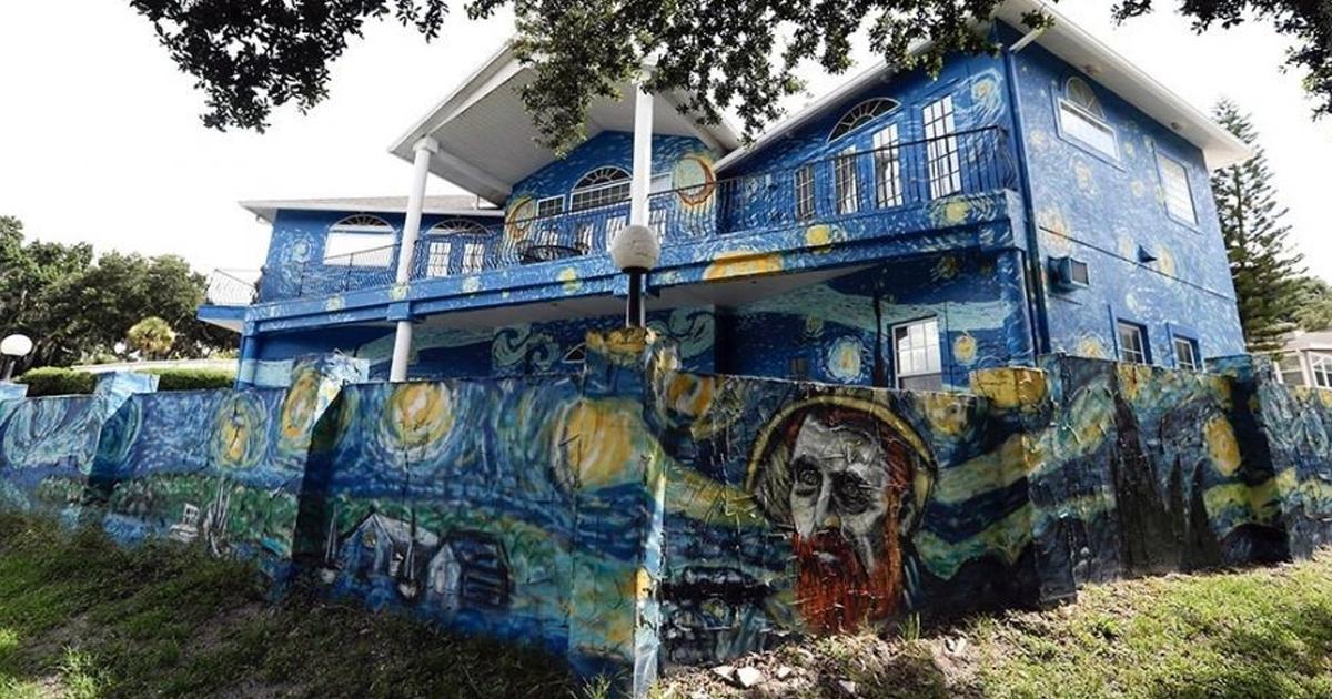 Фото Родители раскрасили дом в стиле Ван Гога для больного сына. Все кончилось скандалом