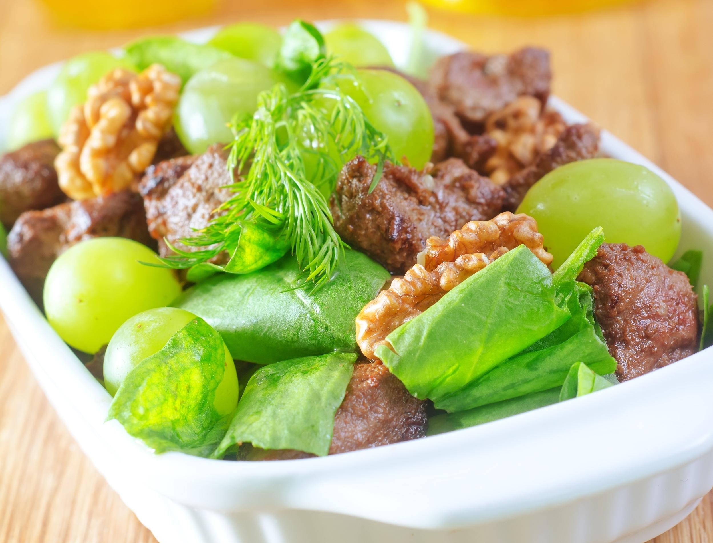 Салат из куриной печени с виноградом