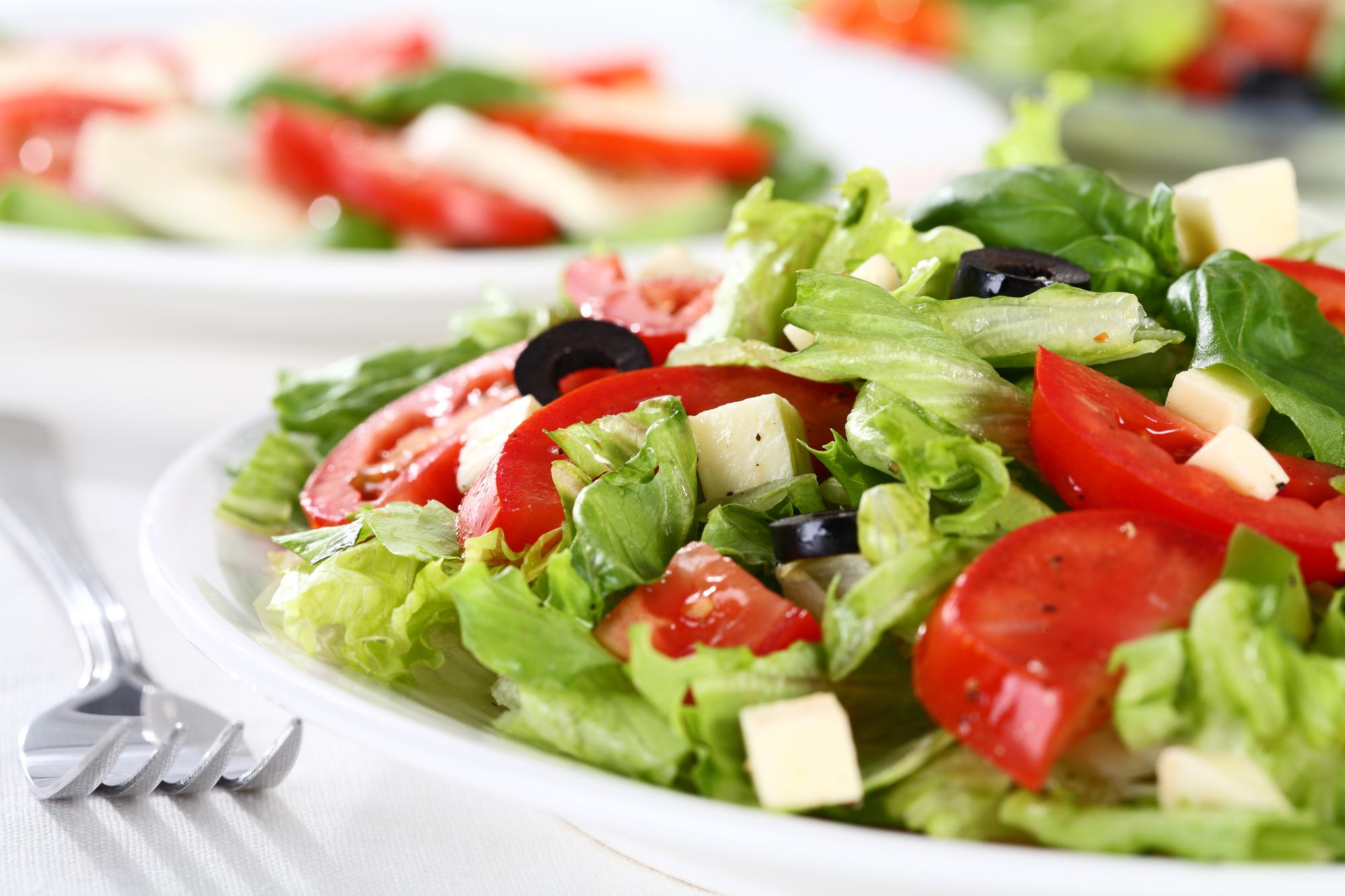 Овощной салат с маслинами и сыром фета