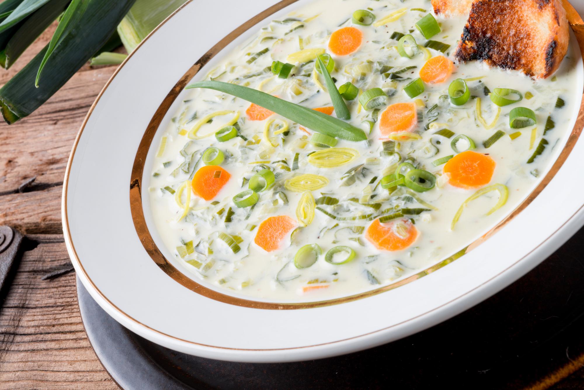 Сырный суп с фаршем и луком-пореем