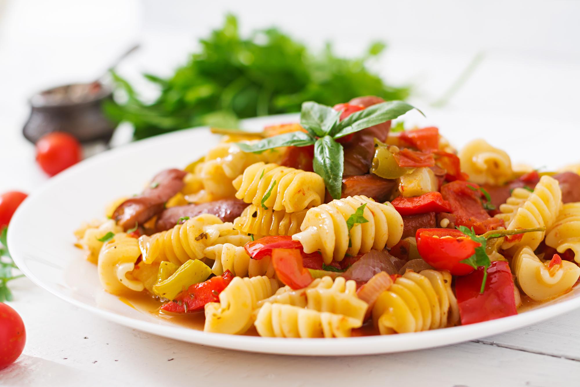 Пикантная паста с охотничьими колбасками и томатным соусом