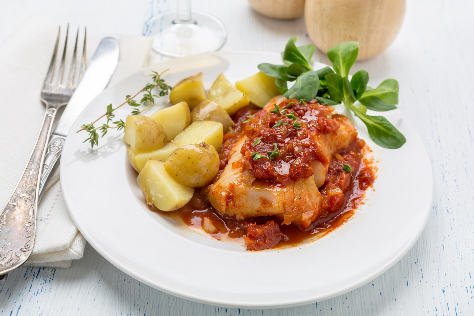 Рыбное филе в соусе с картофелем